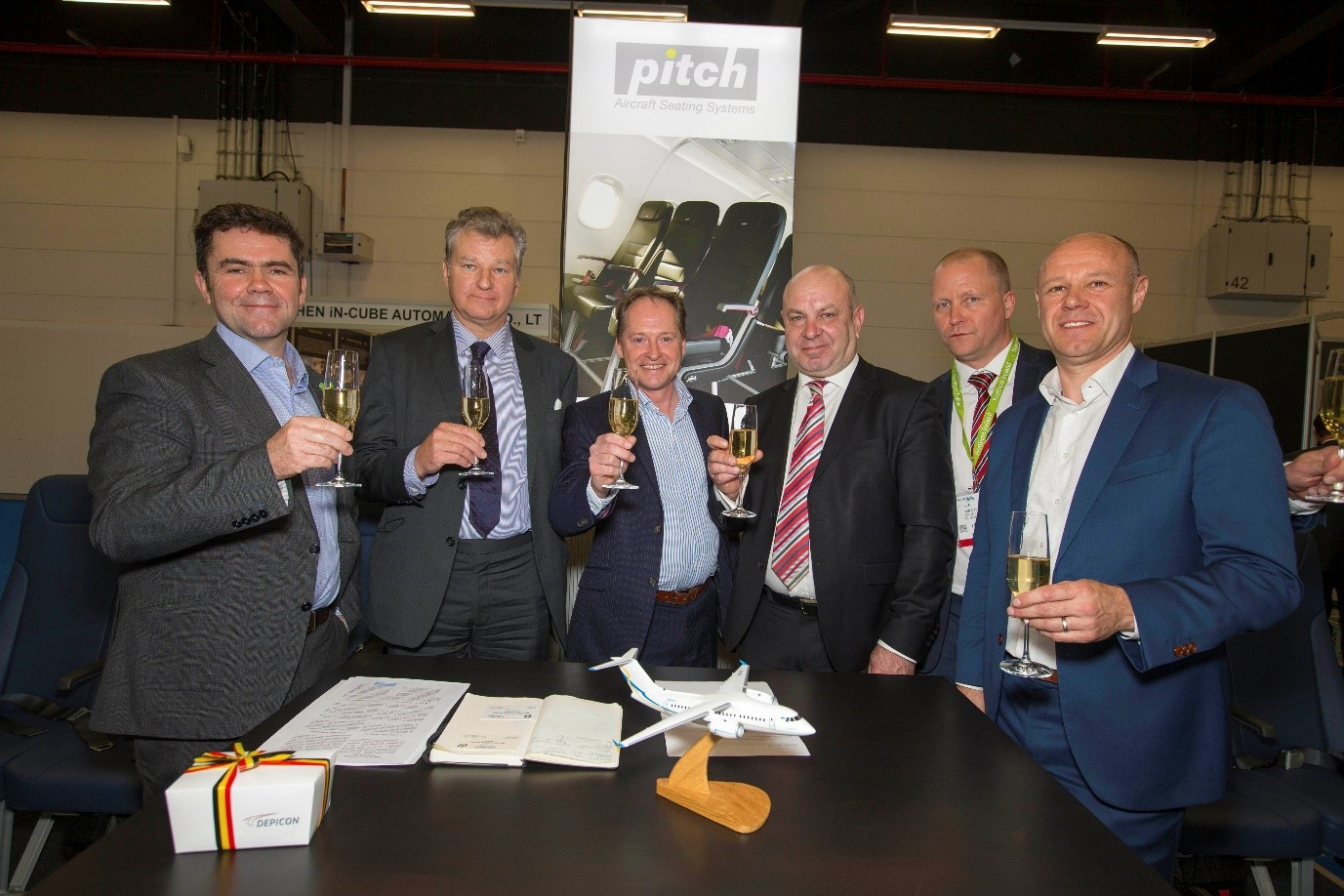 Mr Oleksandr Donets, president of the Antonov company, and Ralf-Dieter Montag-Girmes, president of the SAAL, celebrate the contract signing with the Pitch team in Hamburg.