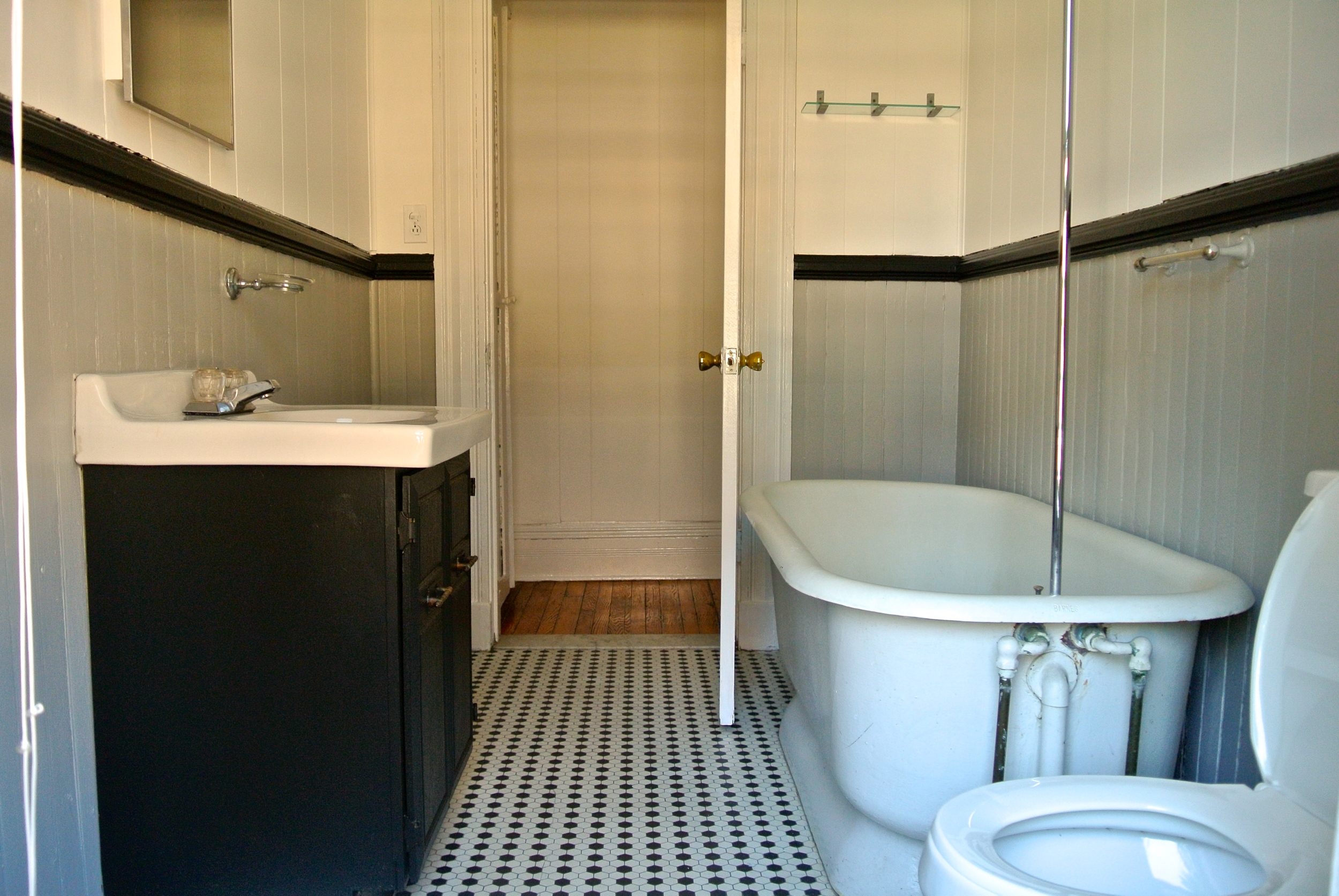 22StrathallanPk-Apt3-Bathroom.JPG