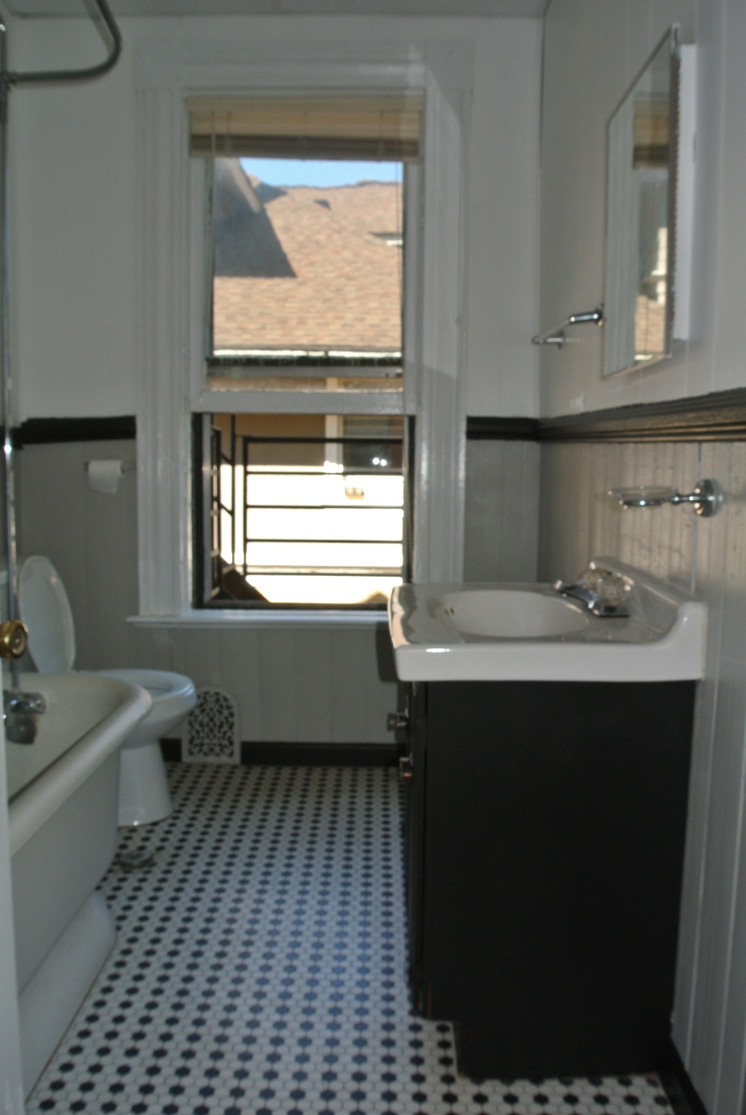 22StrathallanPk-Apt3-Bathroom2.jpg