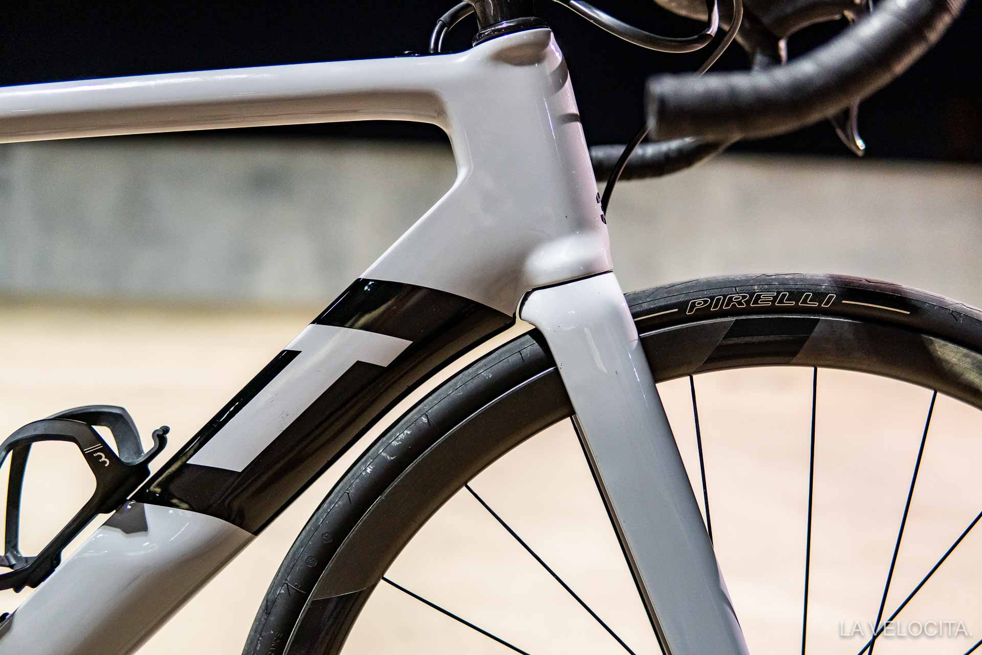 The Strada Due's fork and down tube hug the wheel very closely