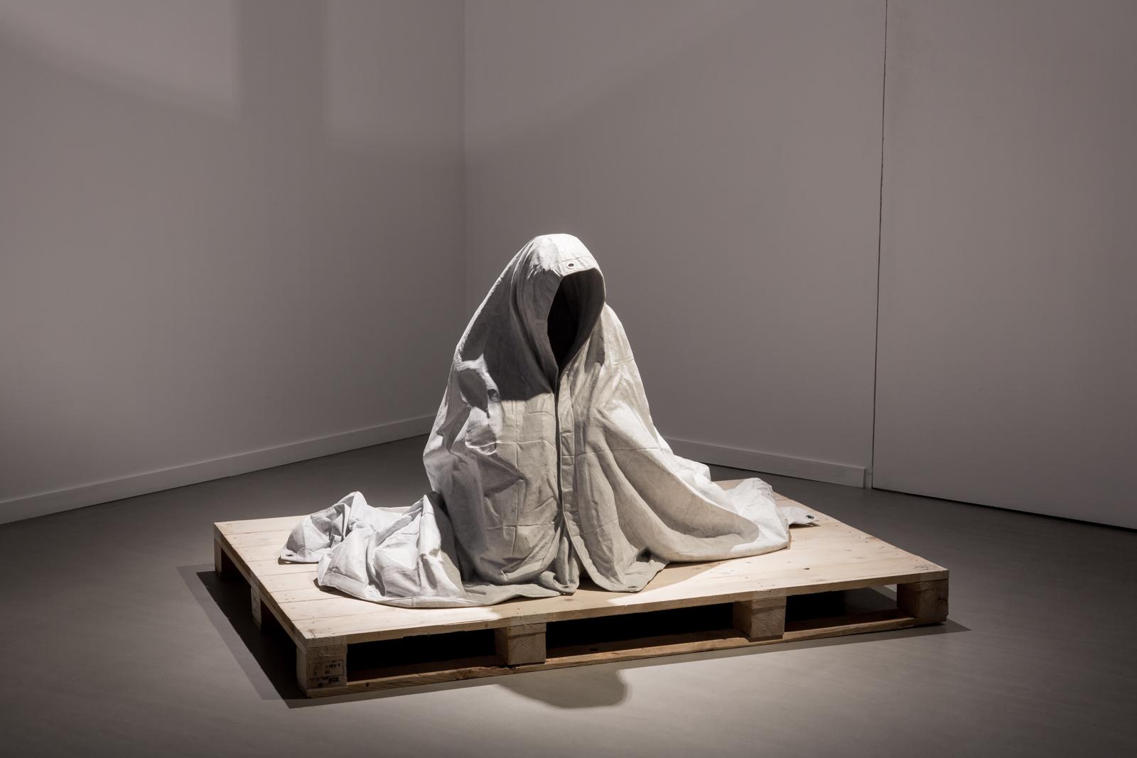Refuge , 2015.Bianca Carrara, eyelets, pallet.110 x 120 x 170cm.Photography: Frédéric Albert