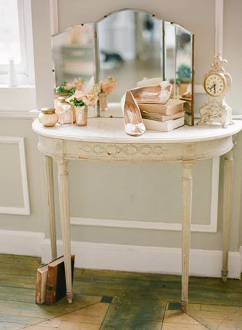vintage-dressing-table-romantic-peach-metropolitan-building