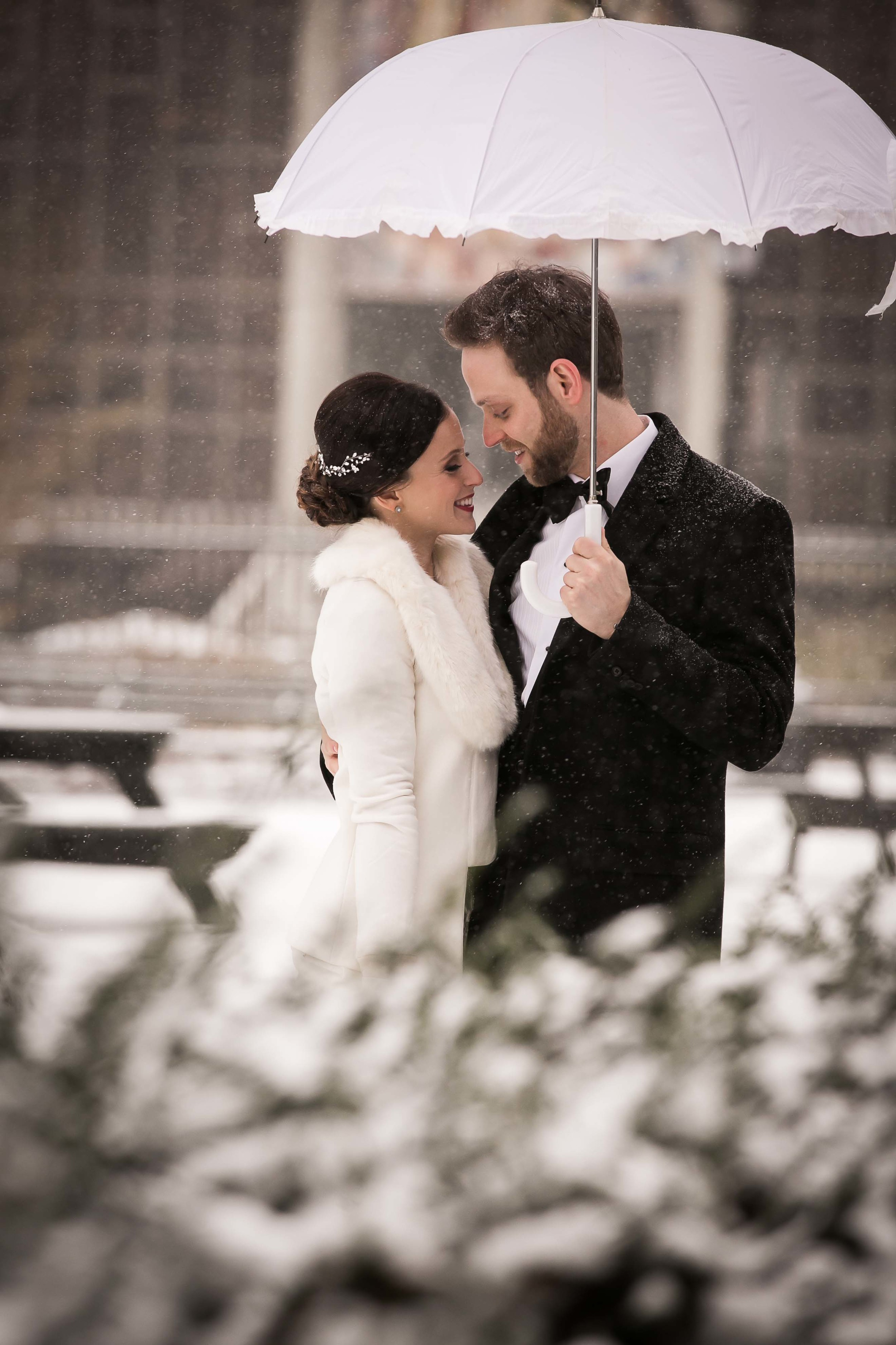 winter-wedding-snow-couple-umbrella-bride-groom