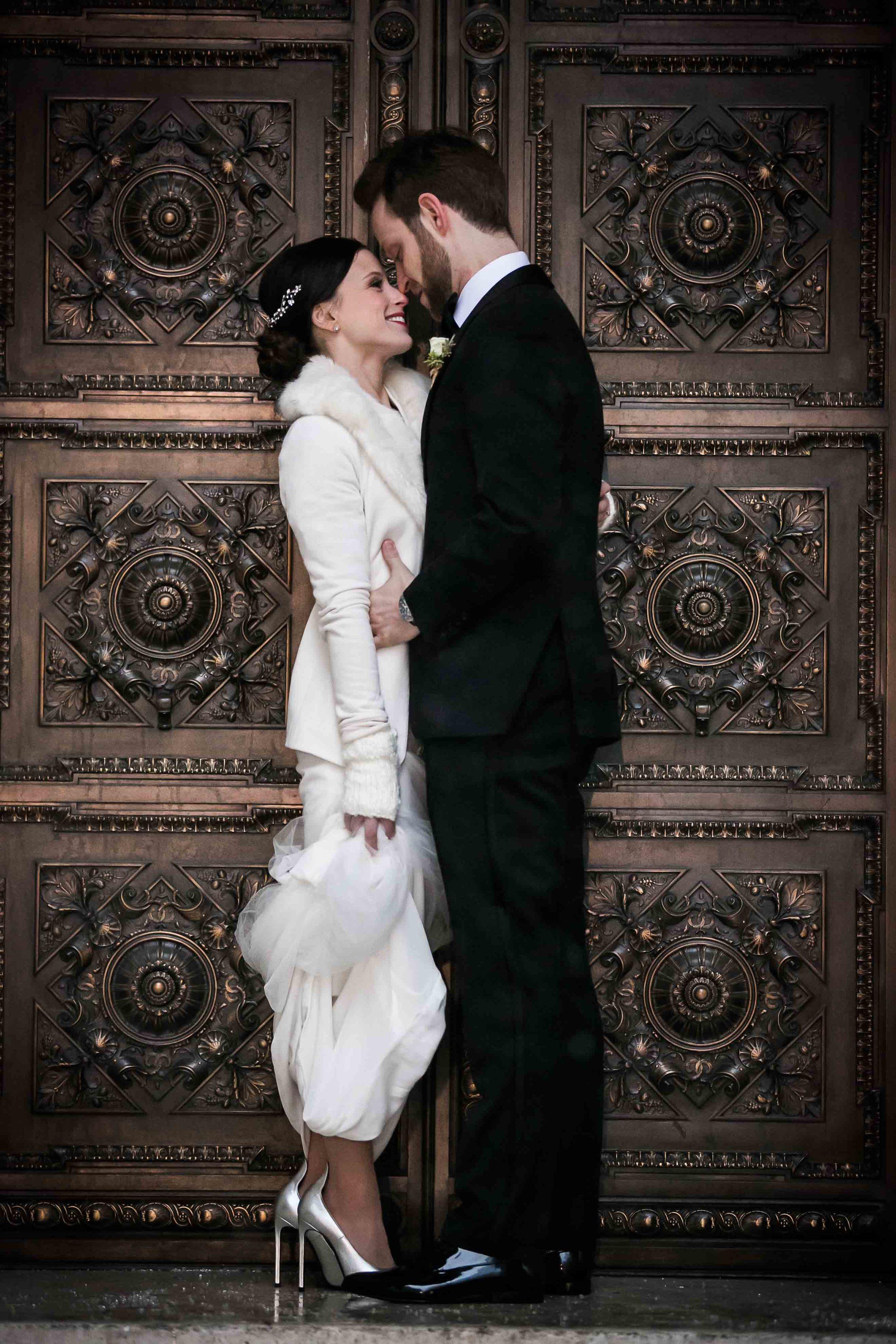 winter-wedding-snow-couple-umbrella-bride-groom