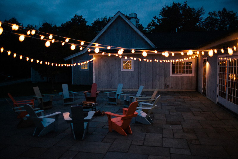outdoor-lounge-lawn-chairs-bistro-string-lights