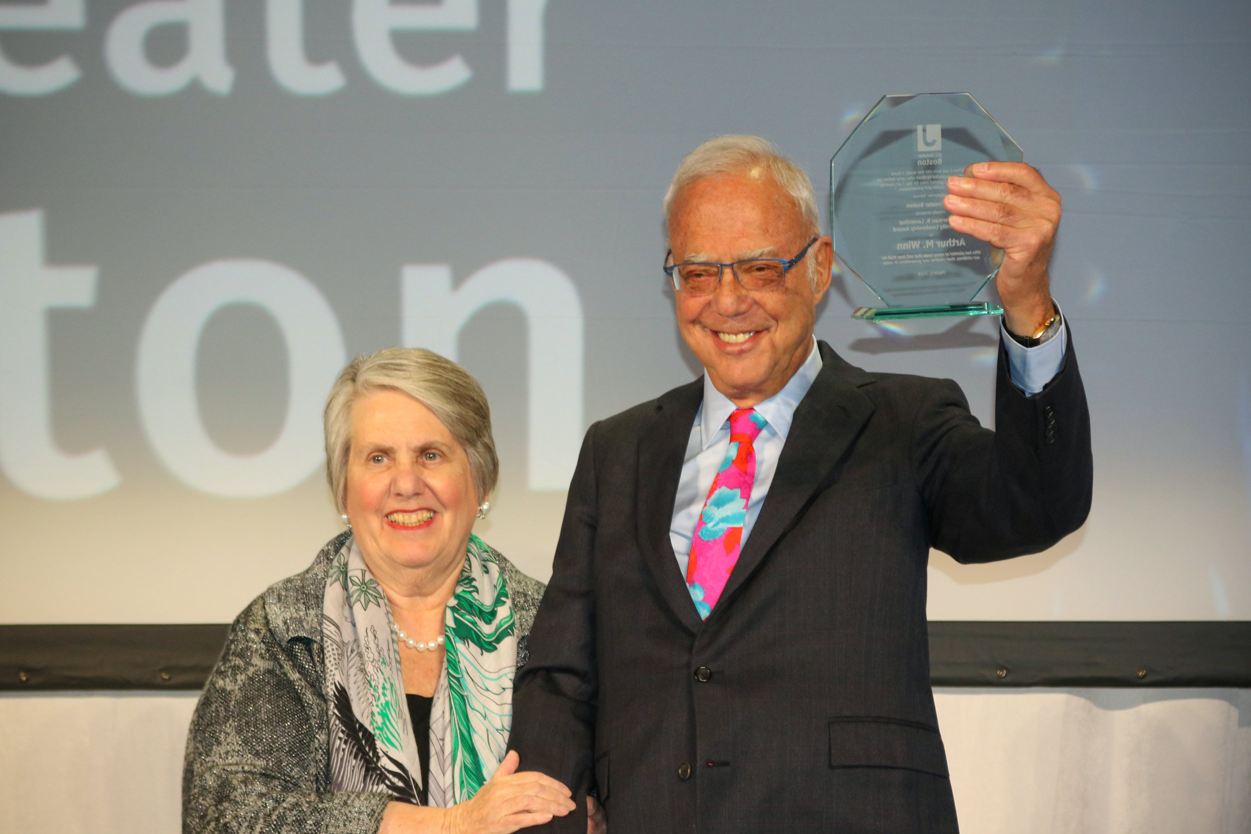 Arthur Winn receives the Norman B. Leventhal Community Leadership Award from Paula Leventhal-Sidman, Daughter of Norman Leventhal