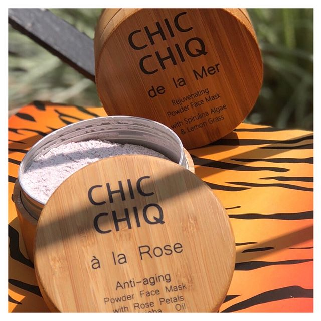 Hands up who's tried powdered face masks? 🙋‍♀️ All v new to us! We discovered @chicchiq_beauty's #delaMer and #àlaRose products - inspired by Ayurveda practices 🇮🇳 They are #natural, and have stylish #bamboo packaging, ready to showcase in any bathroom 🎋