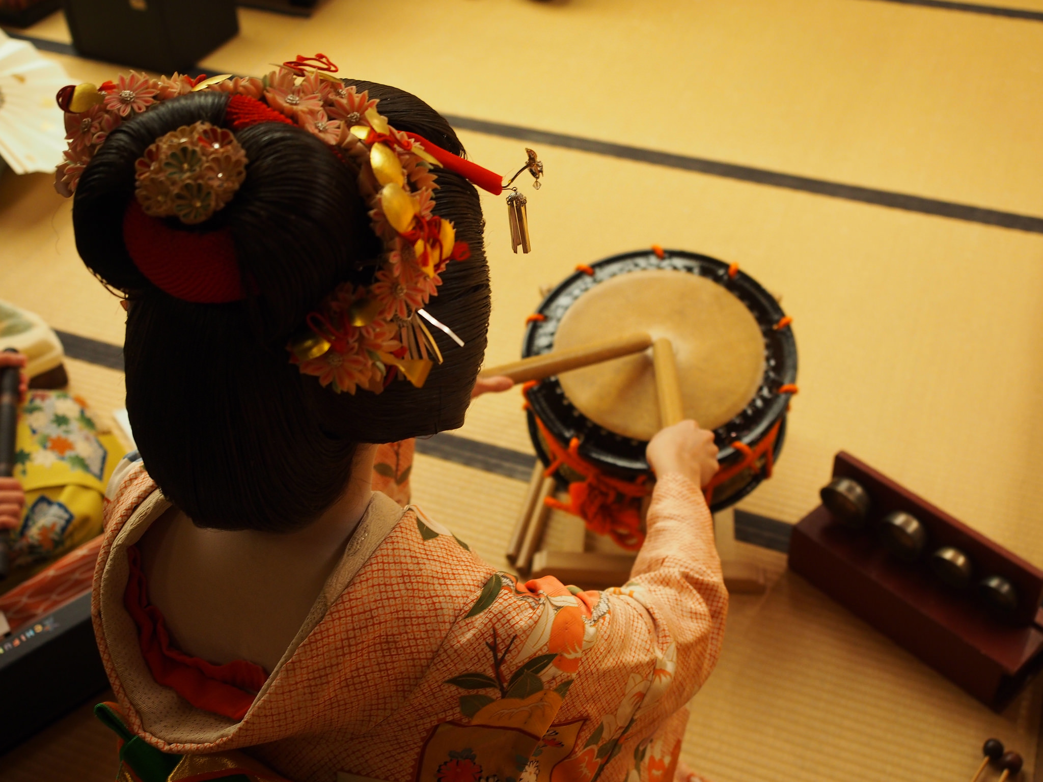 In order to become a geisha, one must study various traditional performing arts. Pictured here is a drum called  shimedaiko . ©TOKI