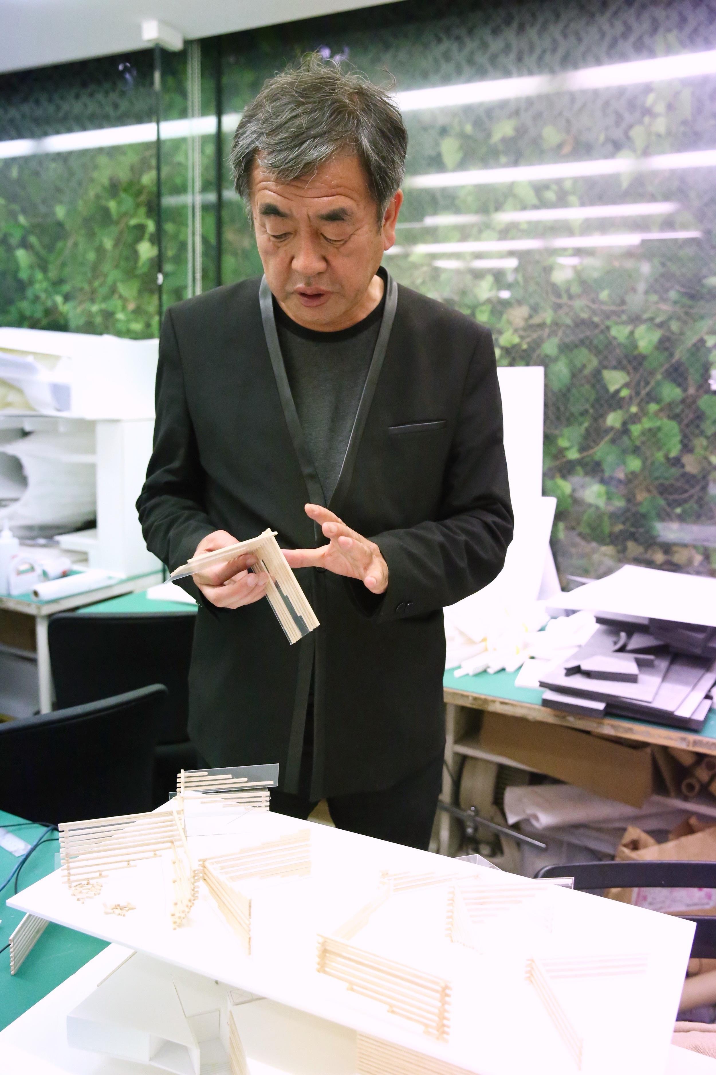 Kuma explains the incorporation of wood, ©TOKI