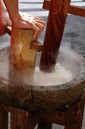 A traditional mochitsuki.