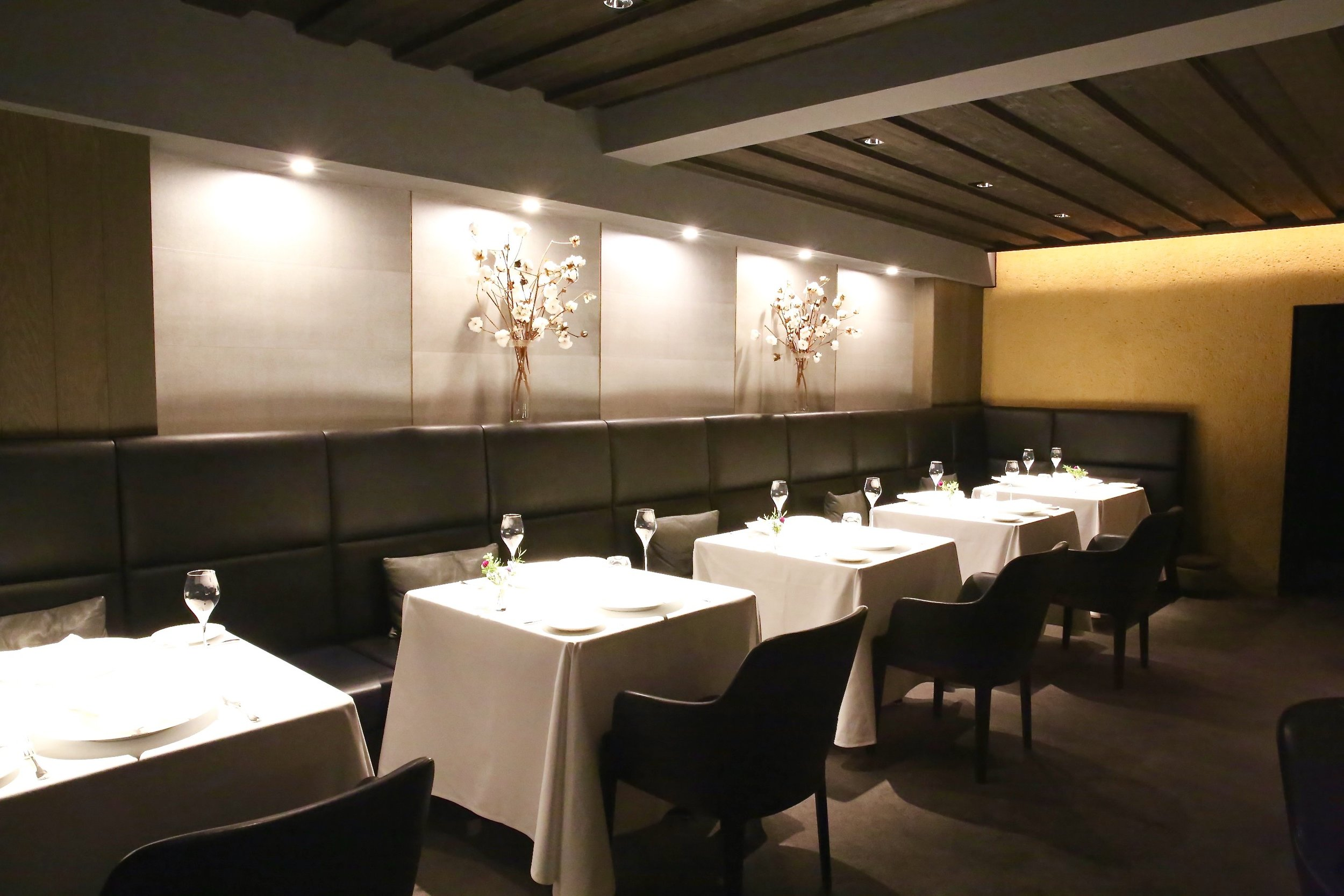The Japanese wallpaper, applied by a ginpaku craftsman, behind vases of cotton. ©TOKI