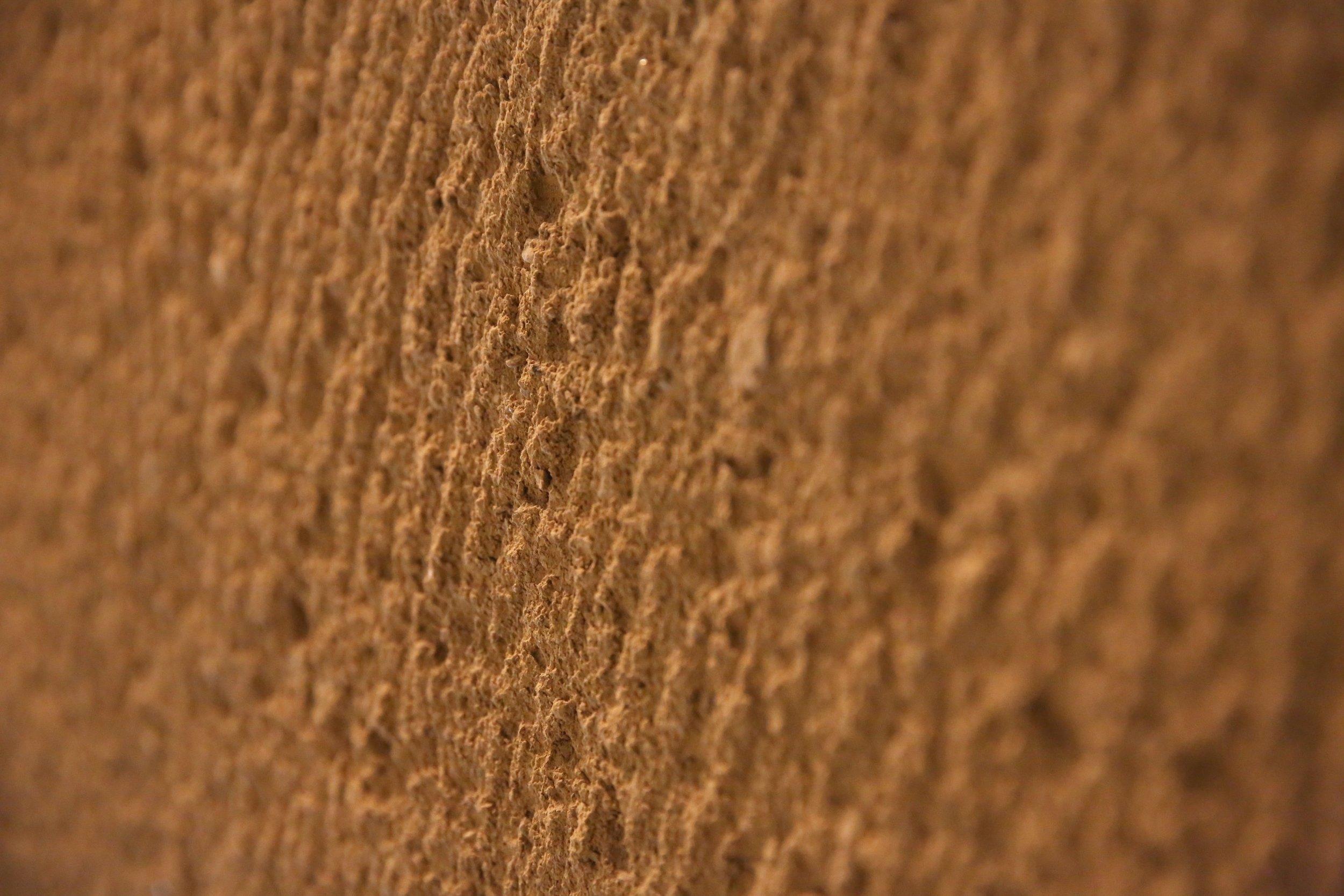 A close-up of the tsuchi-kabe wall. ©TOKI
