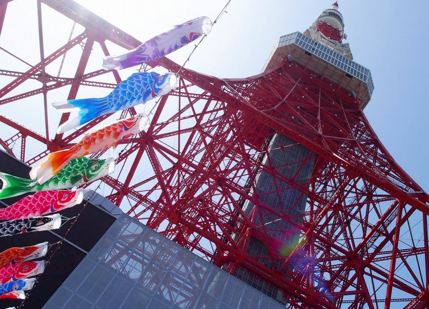 Koi streamers and the Tokyo Tower. ©TOKI