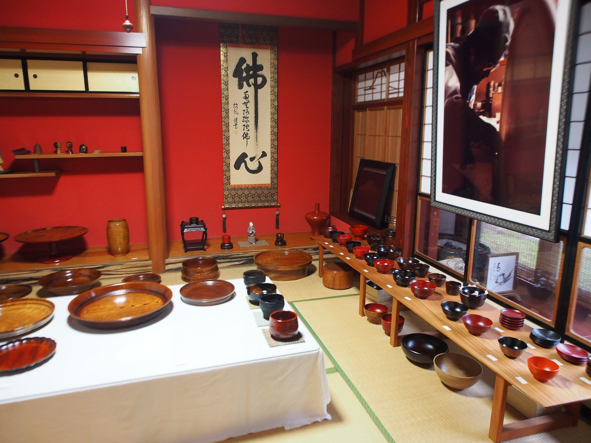 From plates and trays to bowls and vases, urushi is used for a wide variety of products. ©TOKI