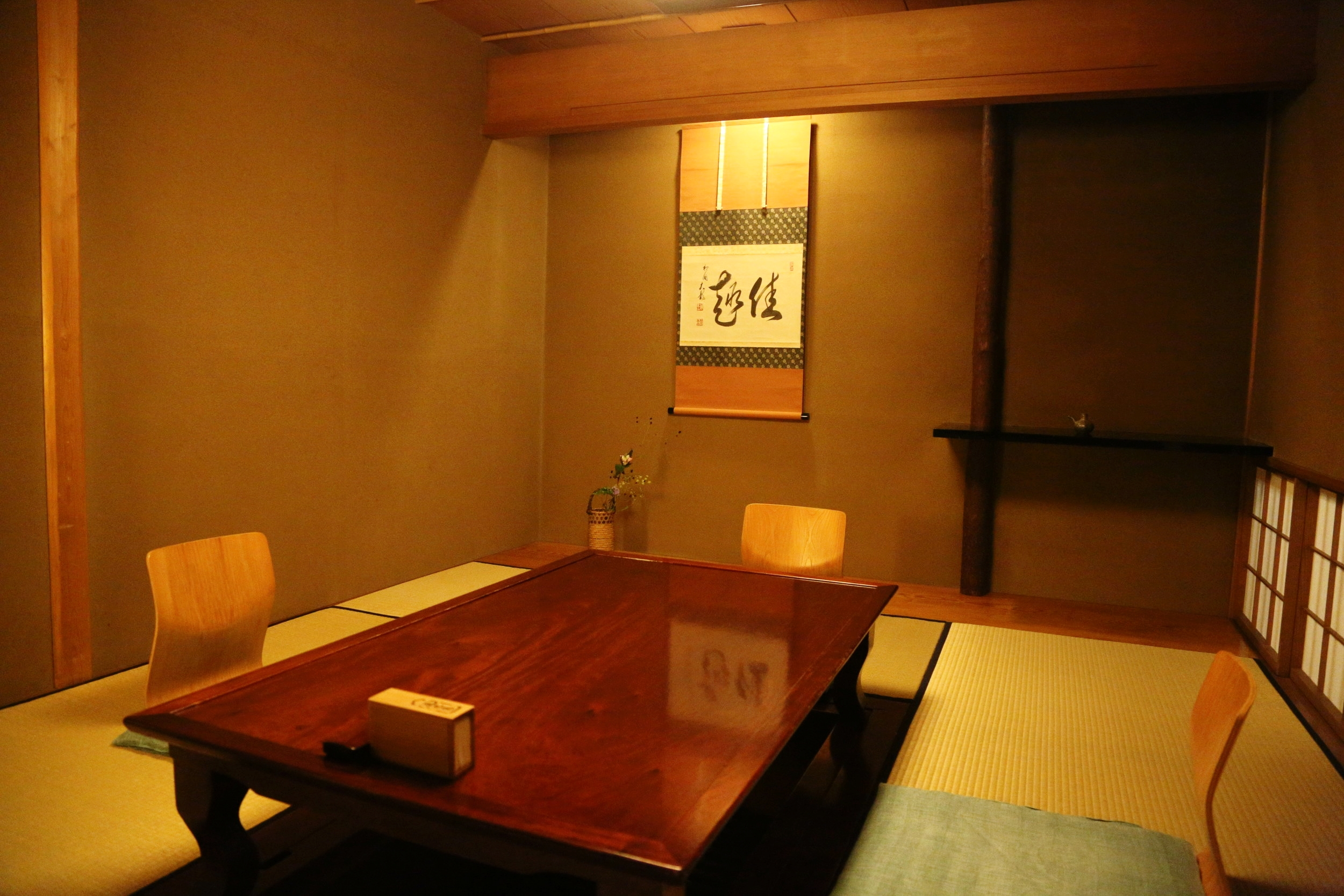 A tatami mat room in a washoku restaurant with traditional decorations in the alcove. ©TOKI