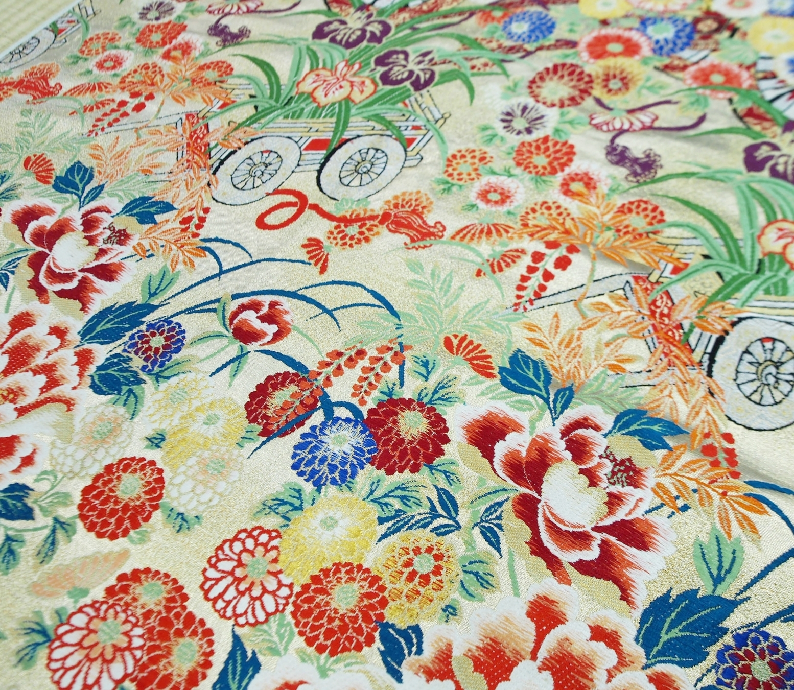A woven fabric piece containing an intricate blend of colors, portraying miyabi aesthetics.  ©TOKI