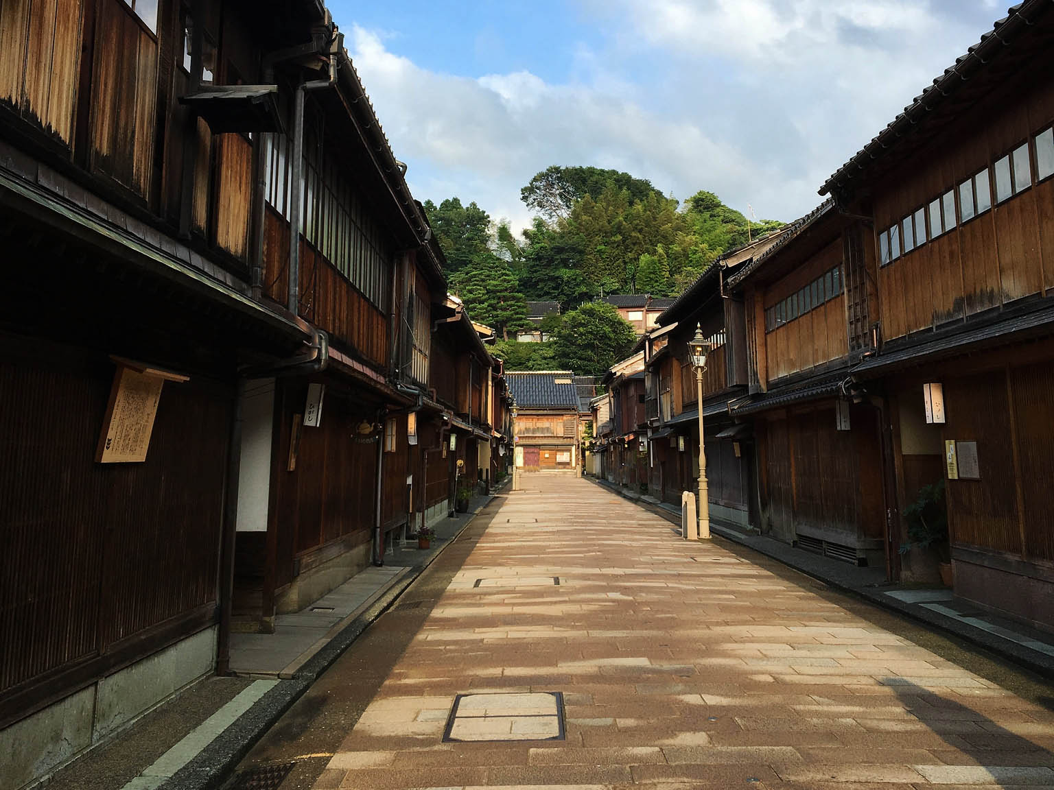 There are still  hanamachi  that can be found throughout Japan. Pictured above a  hanamachi  found in Kanazawa. ©TOKI