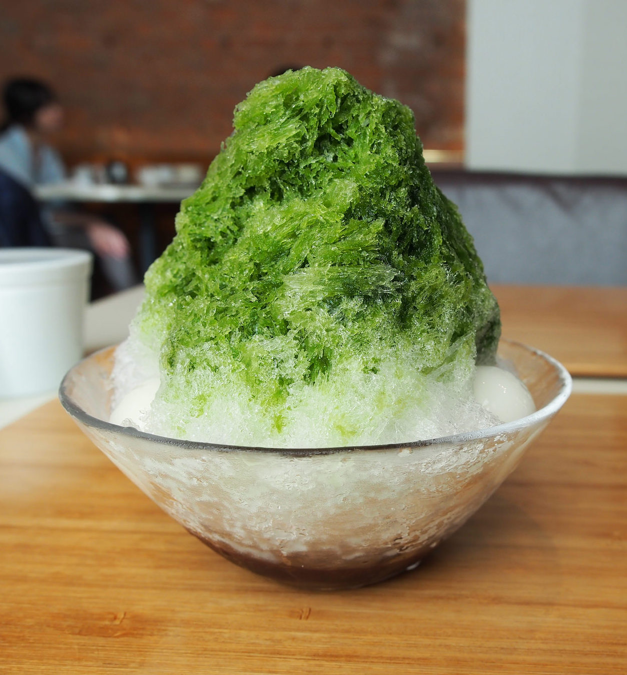 Matcha-flavored shaved ice is the perfect way to cool down. ©TOKI
