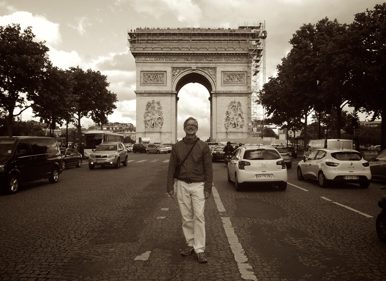 In front of l'Arche de Triomphe, Paris