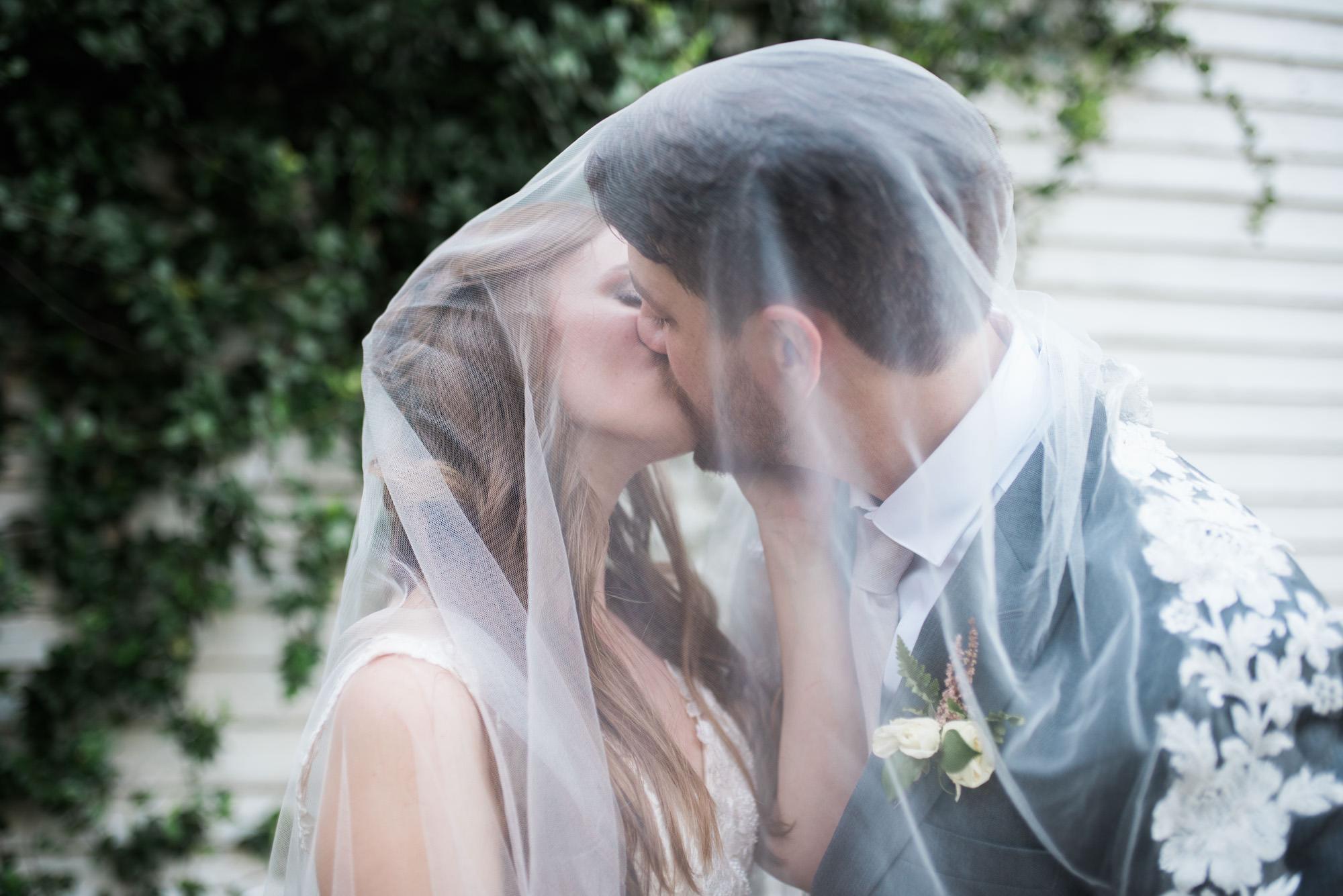 Athens-wedding-couple-kiss-60.jpg
