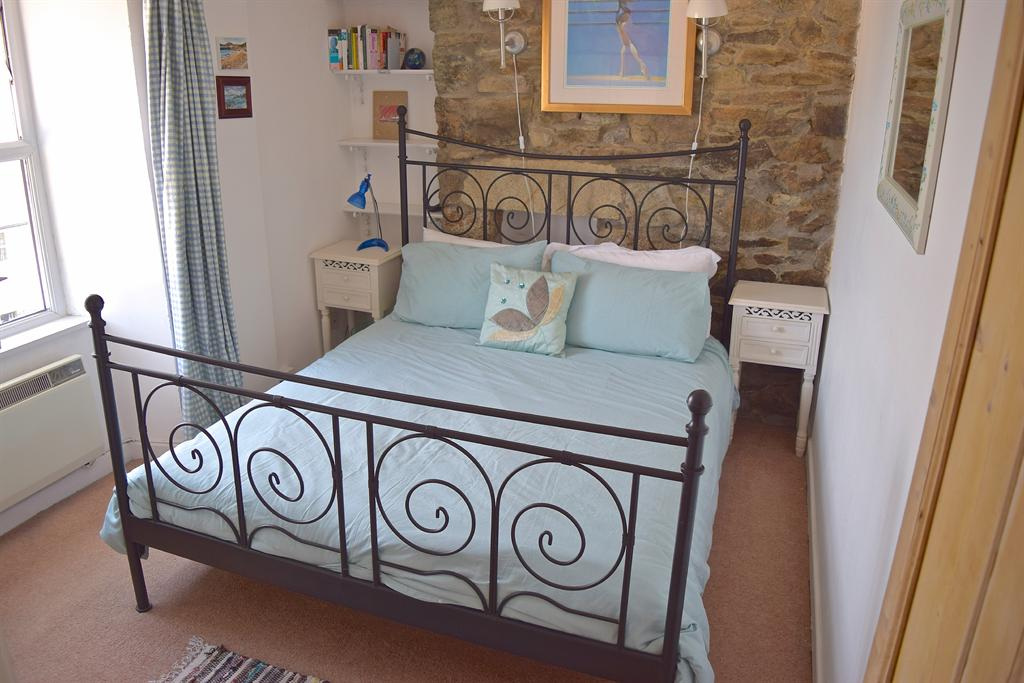 cottage-marazion-english-holiday-letting-master-bedroom-387-3141699_2400_1800.jpg
