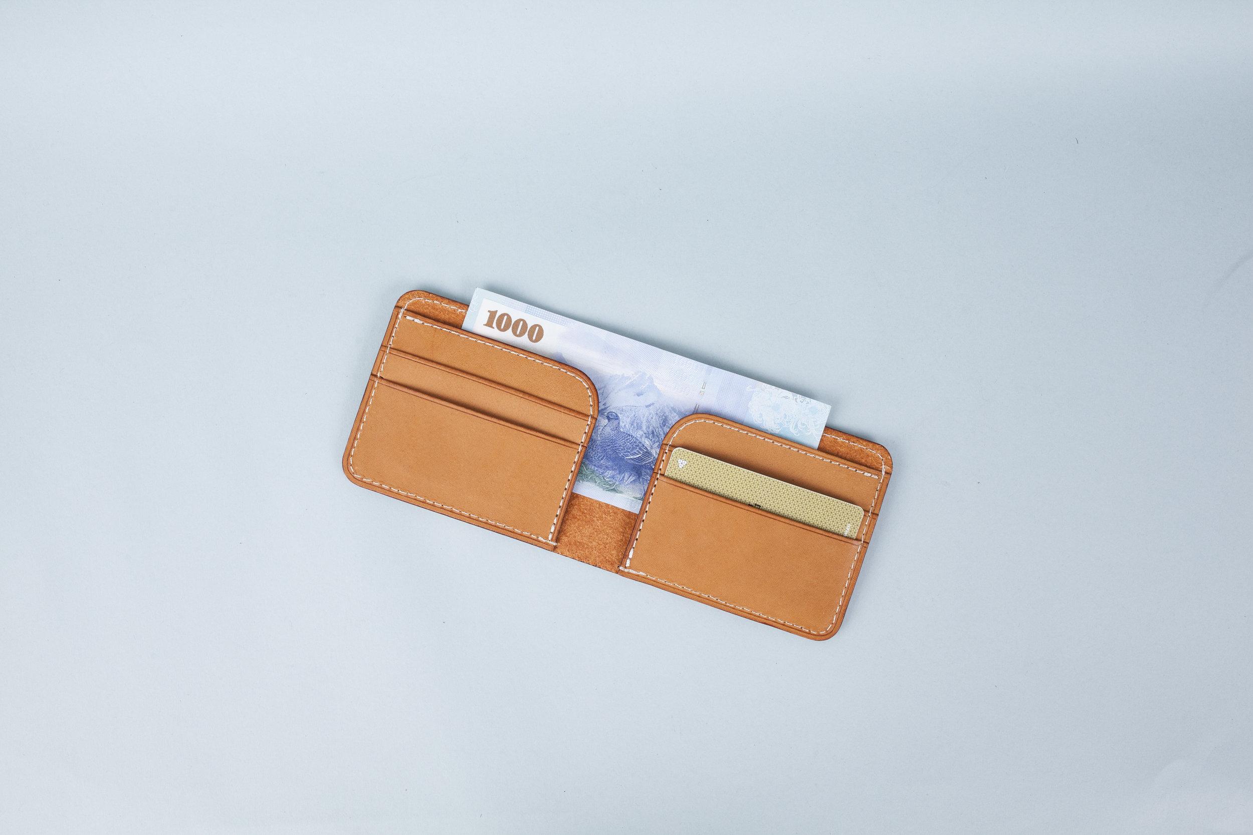 手縫短夾 課程價格:NT $ 2,200 課程所需時間:3.5 hr 尺寸:10.5 x 9 x 2 cm