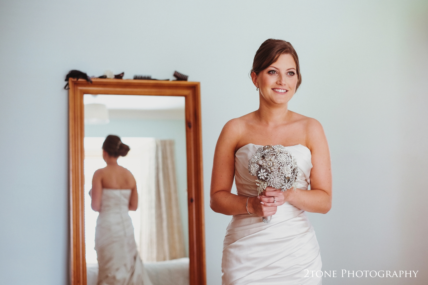 I loved Laura's choice ofcontemporary bouquet, created usinga variety of broaches wired together.