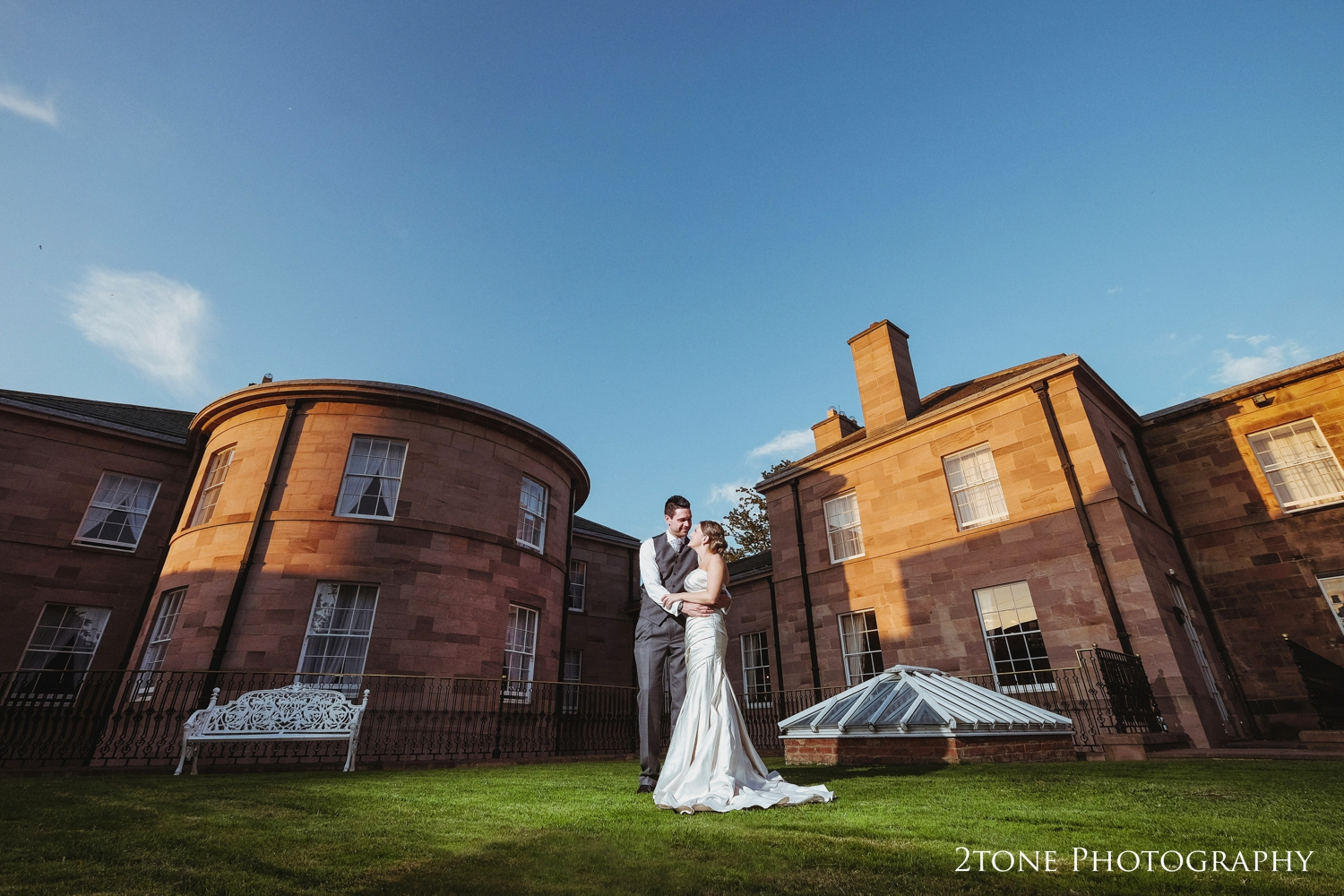 We found a spot of wonderful light asthe building was lit in gold from thedropping sun. One last perfect opportunity for a romantic portrait.