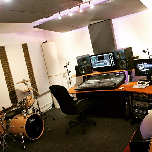 Our old #recordingstudio based in #penge #london back in 2014. Loved that space, though we love our new studio much more #audioengineer #musicproducer #musicproducers #drumkit #studioacoustics #selfemployed #makemusic #music #mixingandmastering #recording