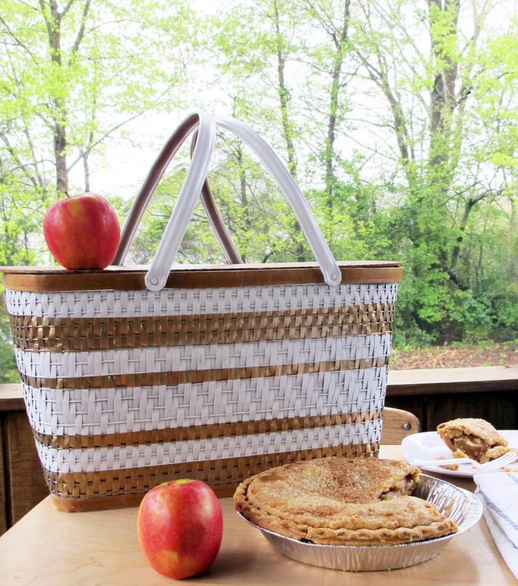 spray paint a vintage picnic basket DIY