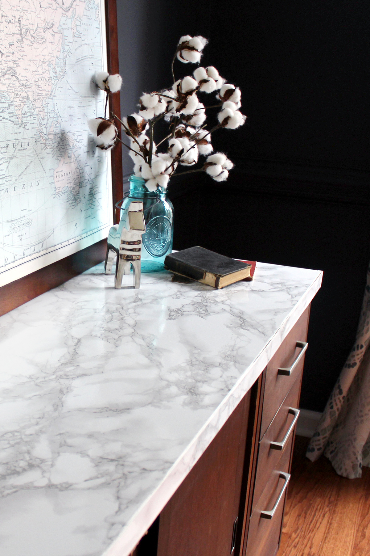 how to make a faux marble tabletop for under $10 #DIY #FauxMarble #Upcycle