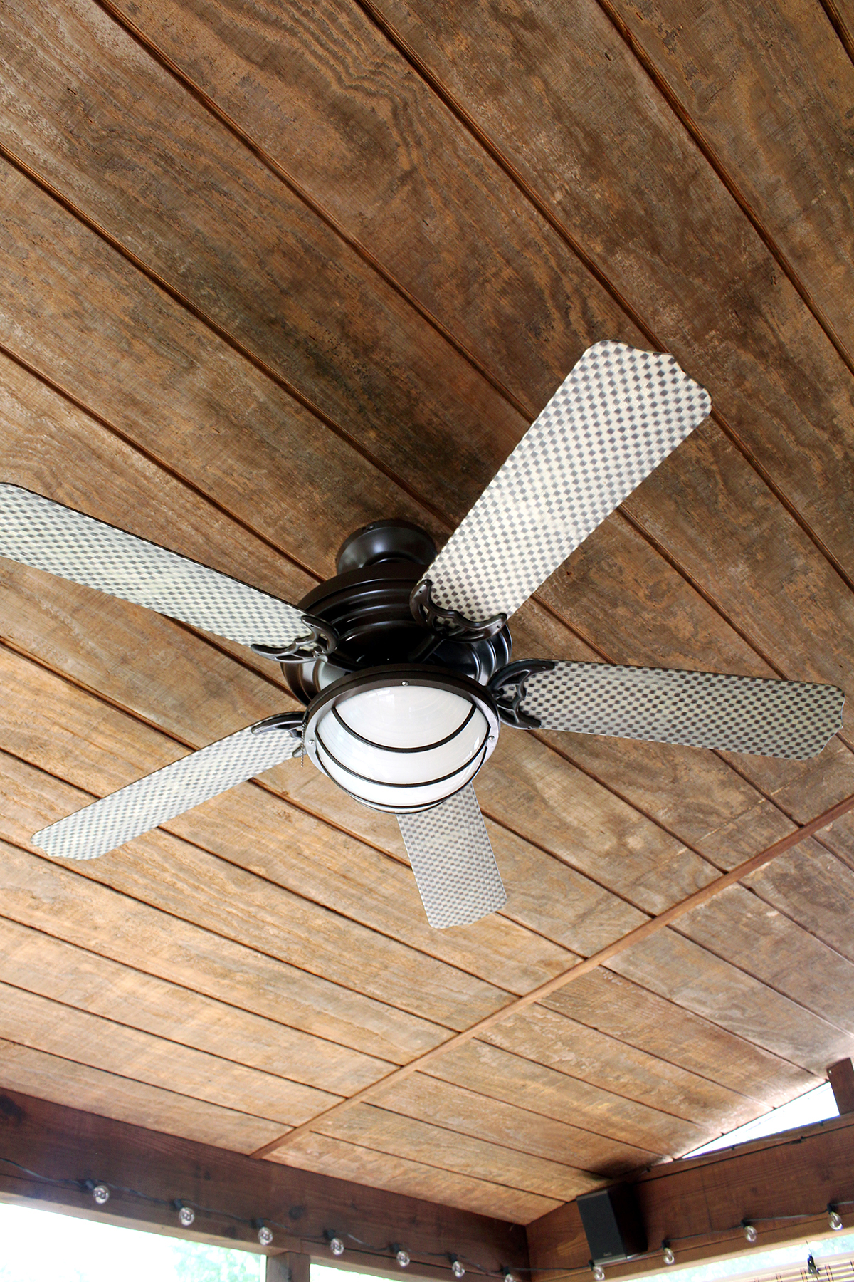 How to paint a ceiling fan using spray paint and a rug pad #DIY #HomeDesign #CeilingFan #Upcycle
