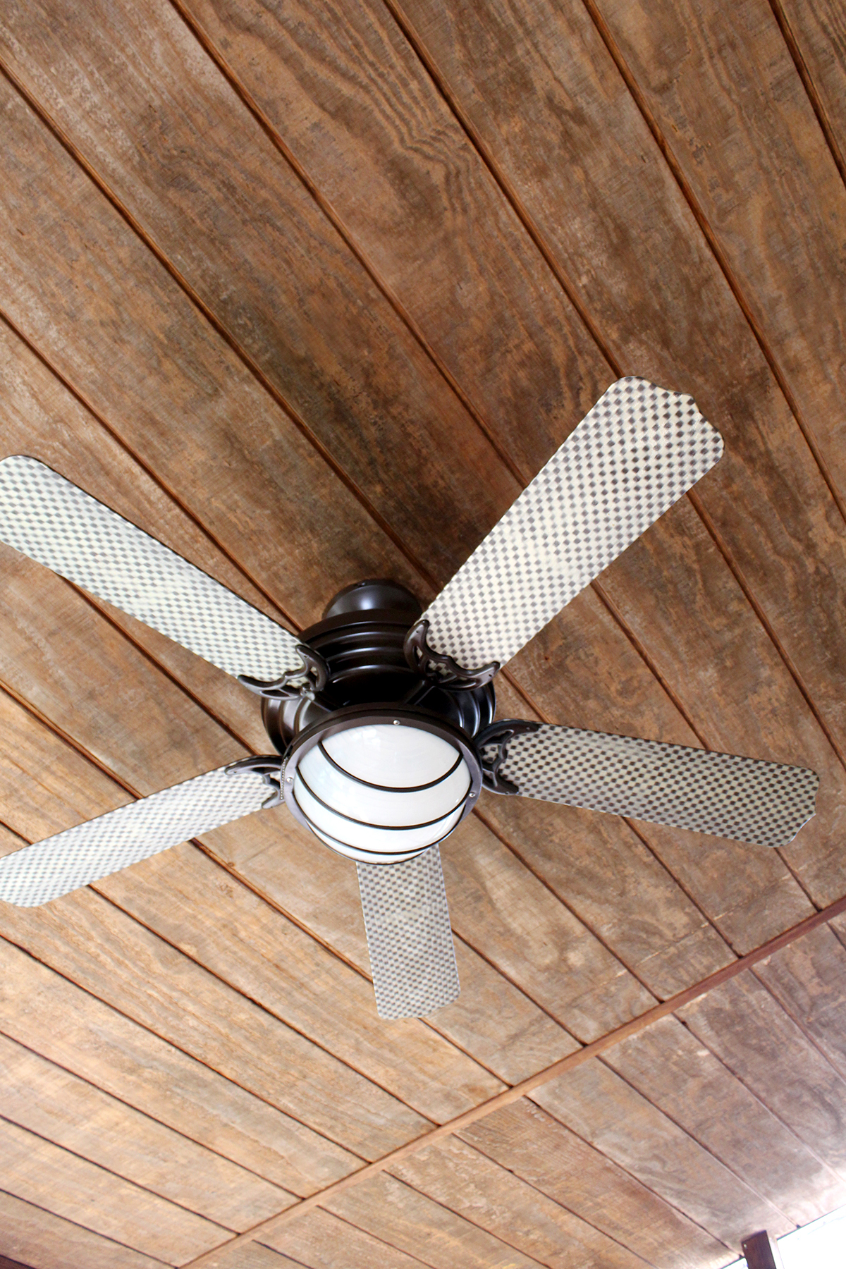 paint a ceiling fan for under $25 #upcycle #DIY #ceilingfan #spraypaint