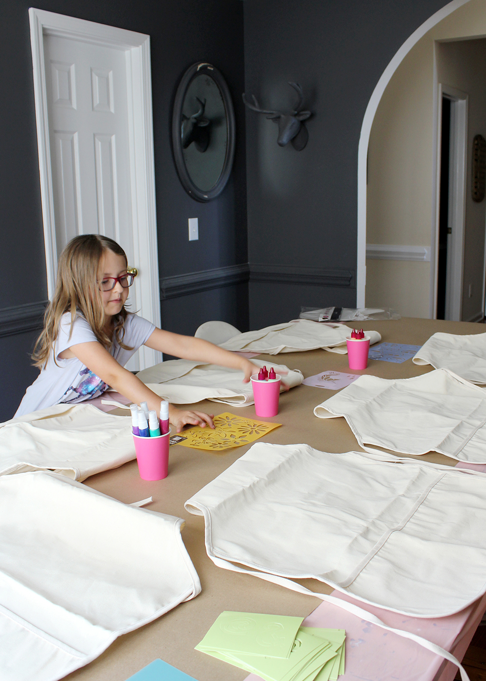 setting up a station for apron painting #birthdayparty  #kidsparty