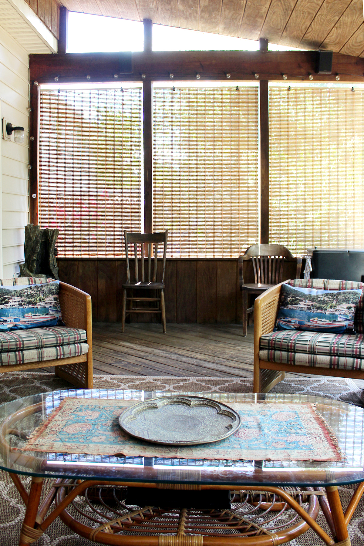 how to decorate a rustic screened porch with smart tech for under $400 #outdoordesign #screenedporch
