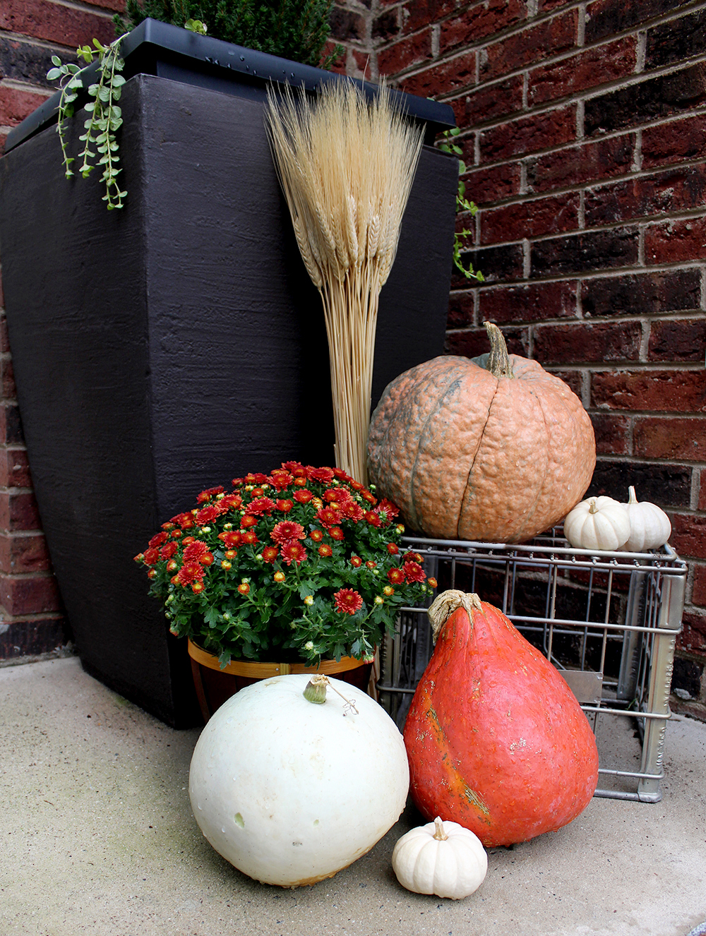 layer with crates! Decorate a Fall front porch with these simple tips #autumndecor #falldecor #pumpkins