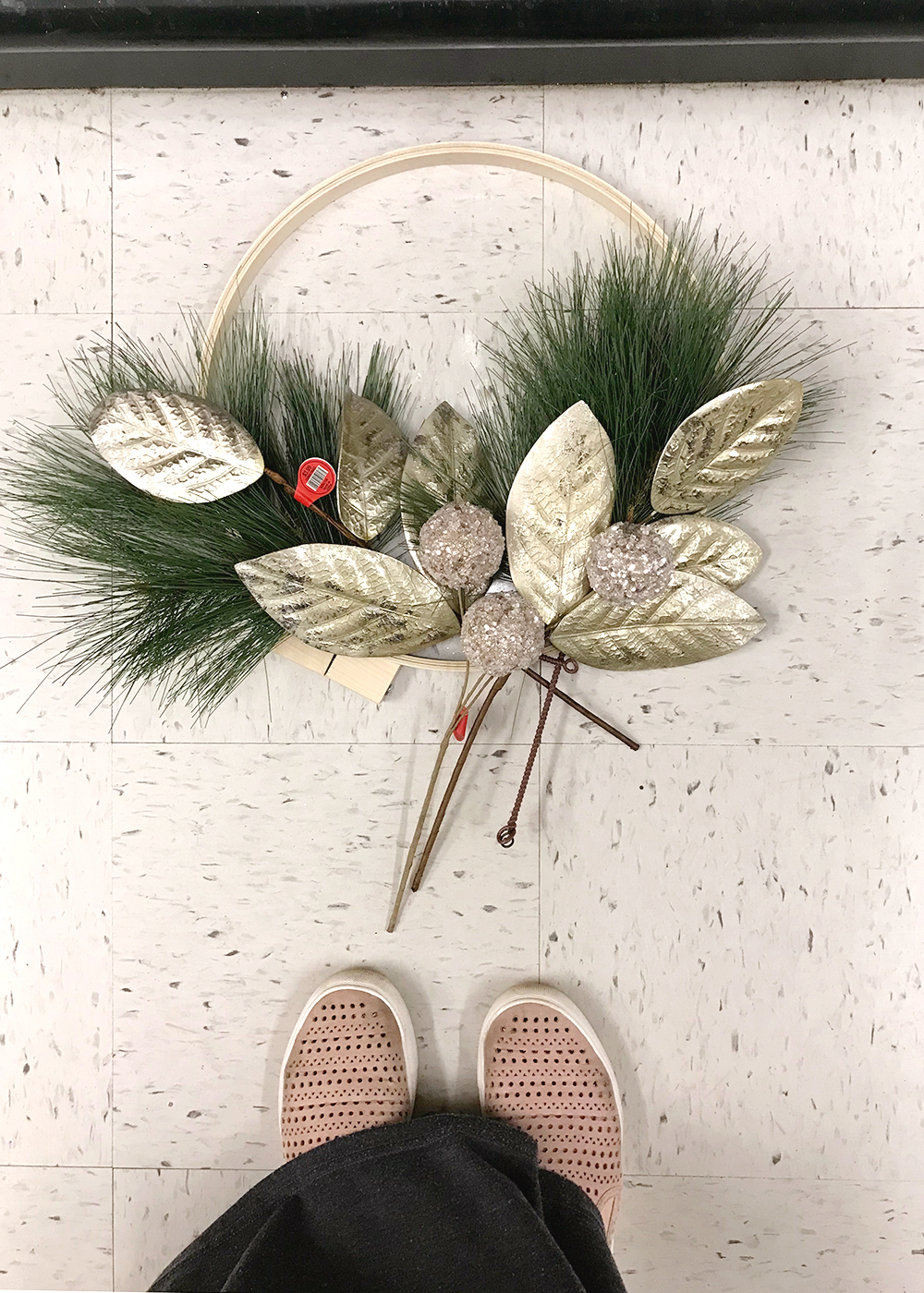 DIY Modern Holiday Christmas Wreath for $15 using an embroidery hoop with gold magnolia leaves