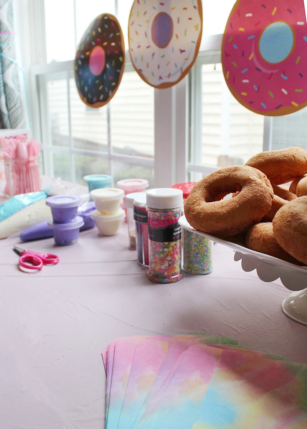 how to host a donut decorating party at home #partyidea #birthdayparty #donutparty #kidsparty
