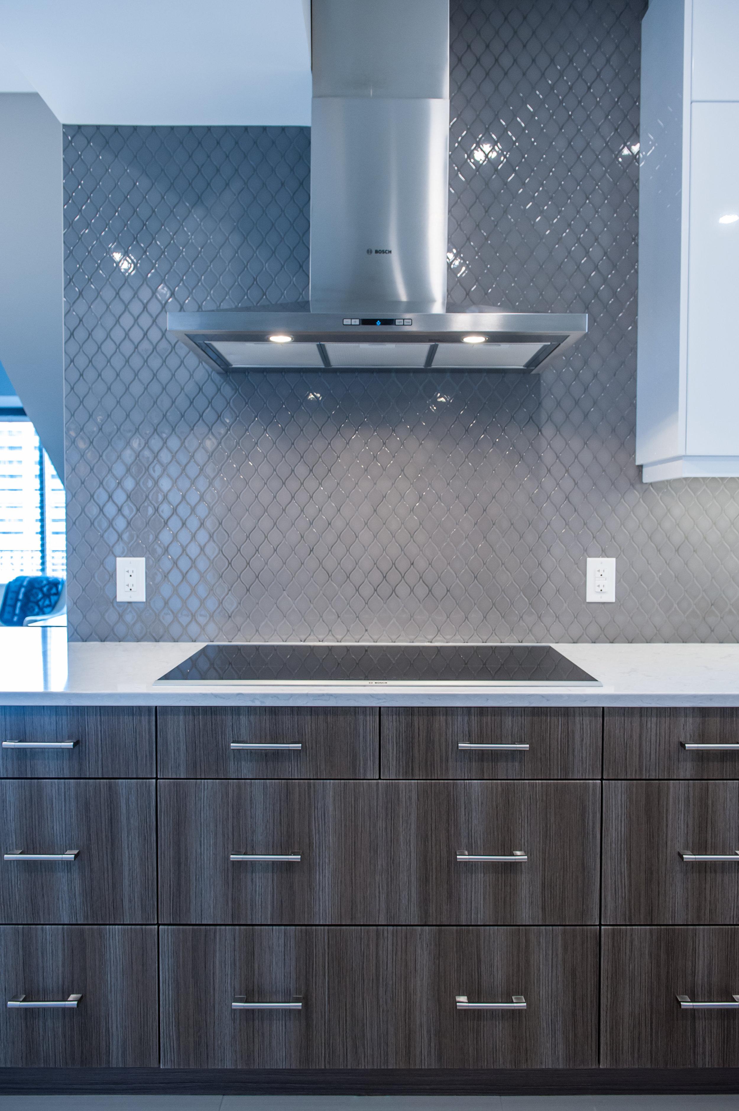 modern_kitchen_quartz_countertops_arabesque_tile