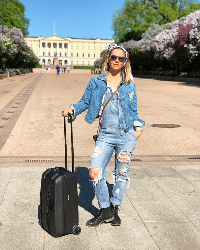 😎 Excited to visit Oslo this weekend for @xgamesnorway 💜 It's different that this event is happening in May (usually it's in the winter) but I think the foreigns are enjoying seeing Norway in the spring, as it's soooo beautiful!! I'm looking forward to watch all the action, as I'm not competing myself this year for the first time in 15 something years!! I'll bee cheering on everyone, enjoying the sunshine and warm weather ☀️ @chanellesladics will be on the 🎤 in between smelling the flowers 🌸  #xgamesmode #xgames #xgamesoslo #oslo #castle #spring #travelmode #douchebags #denim #overalls #sunny #visitoslo | P: @chanellesladics