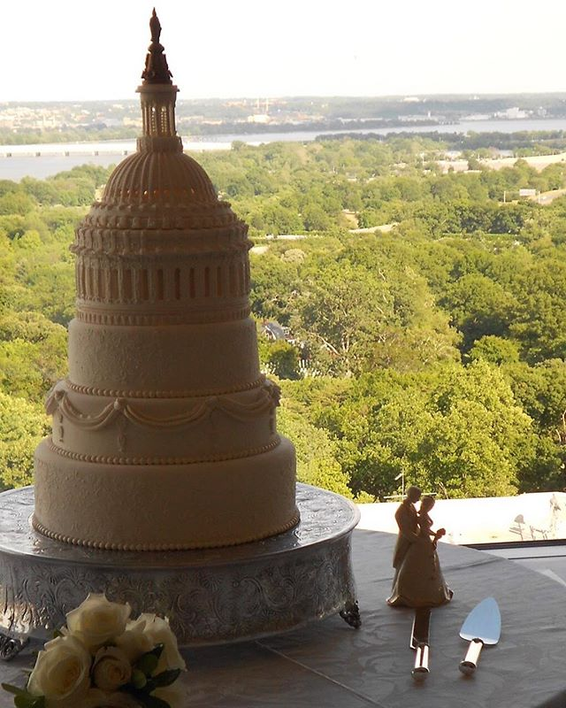 Capitol Wedding Cake and Gorgeous View @topofthetown_1 🍸 🍸 🍸 🍸 #wedding #weddingwithaview #eventplanner #eventcoordinator #eventplanners #eventplanning #weddingcake #catering #dccatering #views #toyourtaste