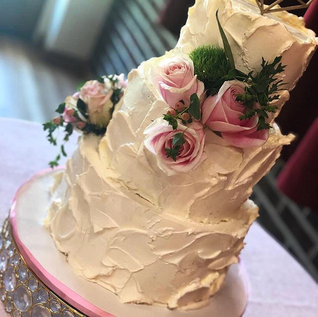 Congratulations 🍾 Susan and Brian!!! It was an honor to be part of your big day 👰🤵 🍸 🍸 🍸 🍸 #weddings #love #weddingbells #weddingcake #bride #groom #toyourtaste