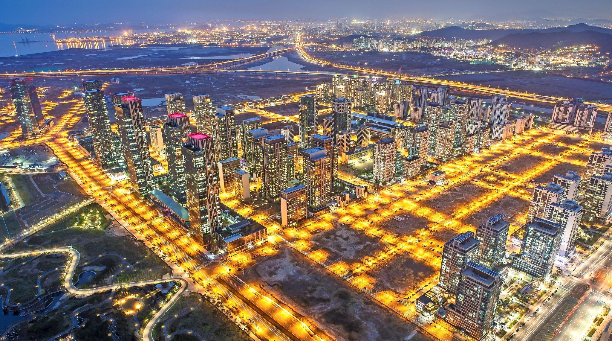 Eine Metropole wie eine Computer-Platine.  Tech-Konzerne und Stadtplaner tüfteln an Smart Citys, in denen digitale Vernetzung und riesige Datenströme alles regeln.    SonntagsZeitung, 1. November 2015      dok.sonntagszeitung.ch