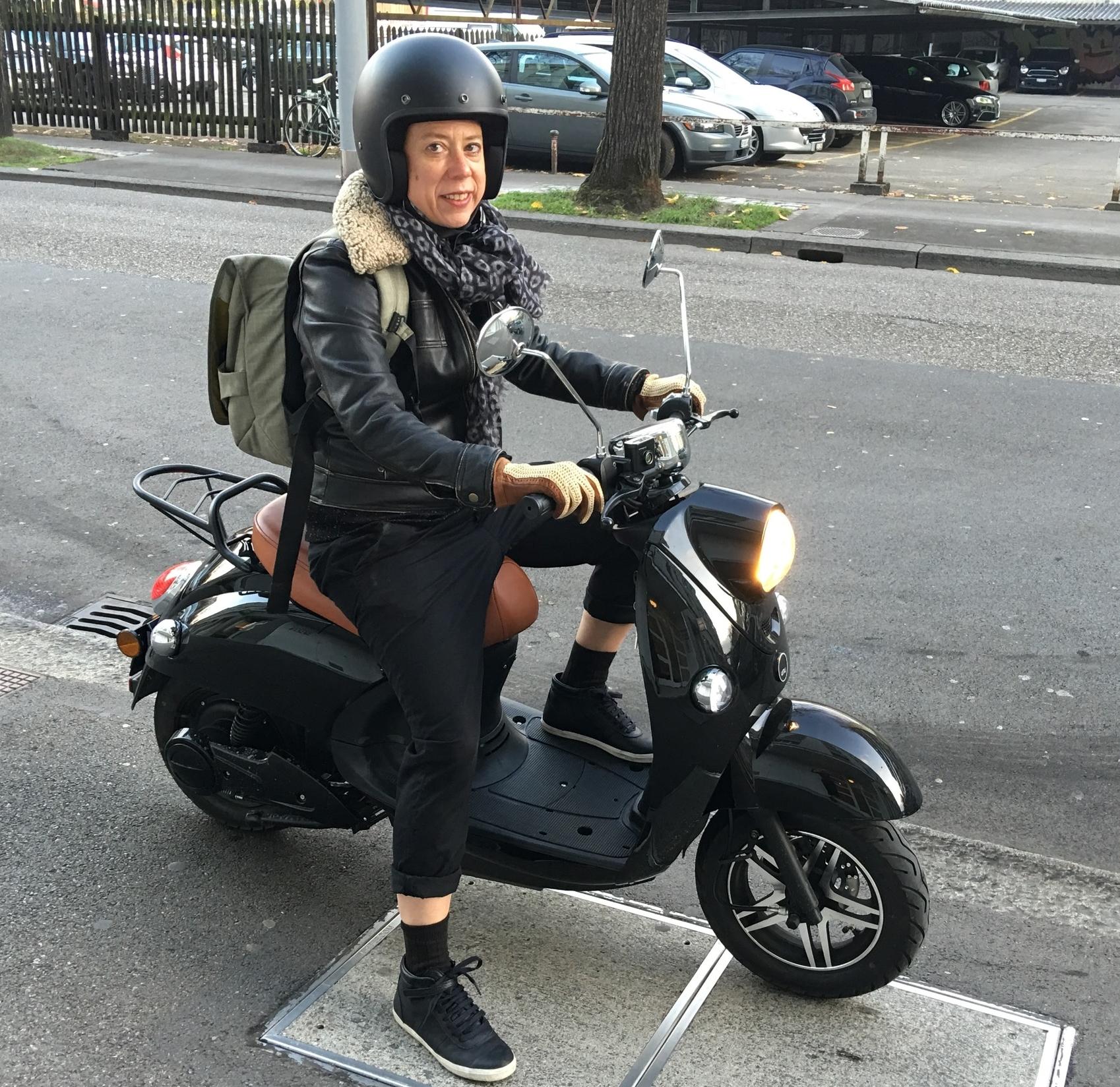Himmlische Freude im Stadtverkehr  - Meine Testfahrt mit Elektro-Roller Unu   SonntagsZeitung, 15.11.2015