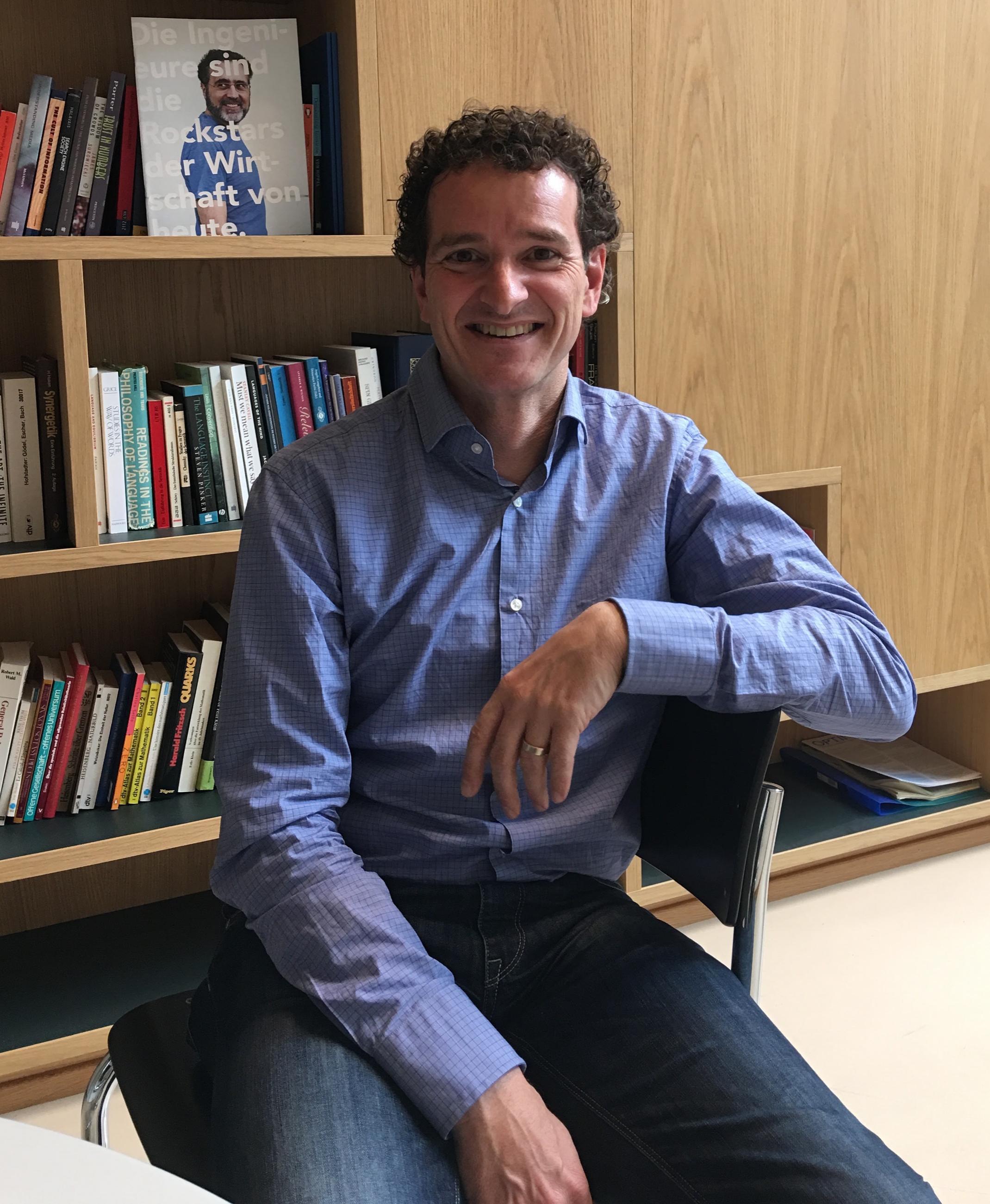 """""""Dass Maschinen die Macht ergreifen, das sehe ich nicht""""   Thomas Hofmann, Leiter des neuen Max Planck ETH Center für Lernende Systeme, über künstliche Systeme und die Angst vor Google, Facebook und Co.    SonntagsZeitung, 20.12.2015"""