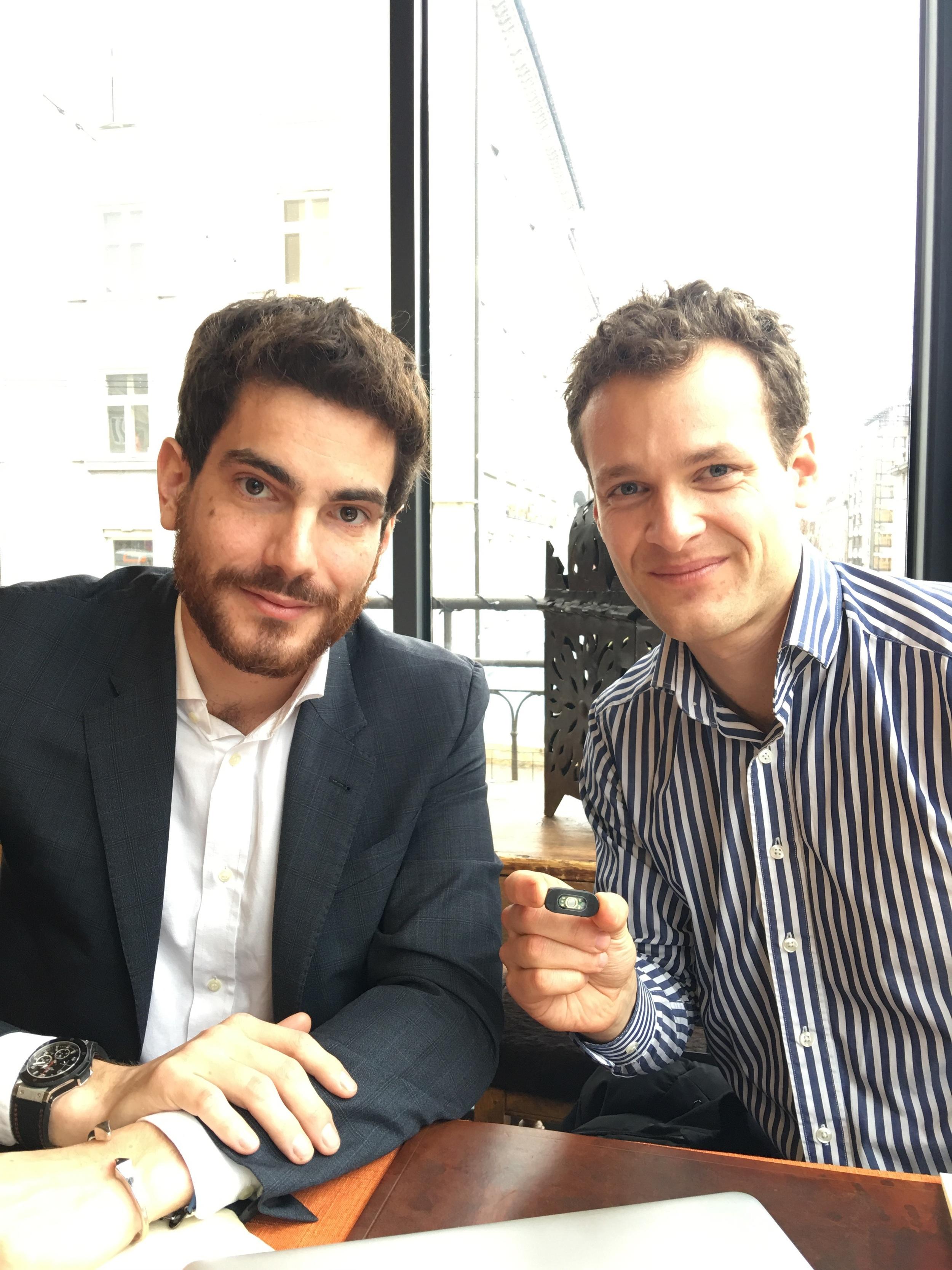 Biowatch: CFO Florent Bourachot (l.), CEO und Co-Founder Matthias Vanoni (r.) mit dem Prototyp des Biowatch-Sensors.