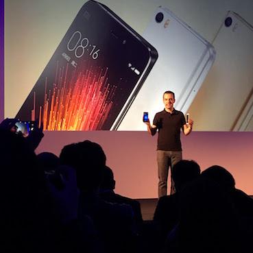 MOBILE WORLD CONGRESS 2016:  China gibt den Tarif durch.  Hersteller aus dem Reich der Mitte drängen mit guten und preisgünstigen Handys auf den stagnierenden Smartphone-Markt (im Bild: Hugo Barra präsentiert Xiaomi's Mi5    Sonntagszeitung, 28. Februar 2016    (PDF)