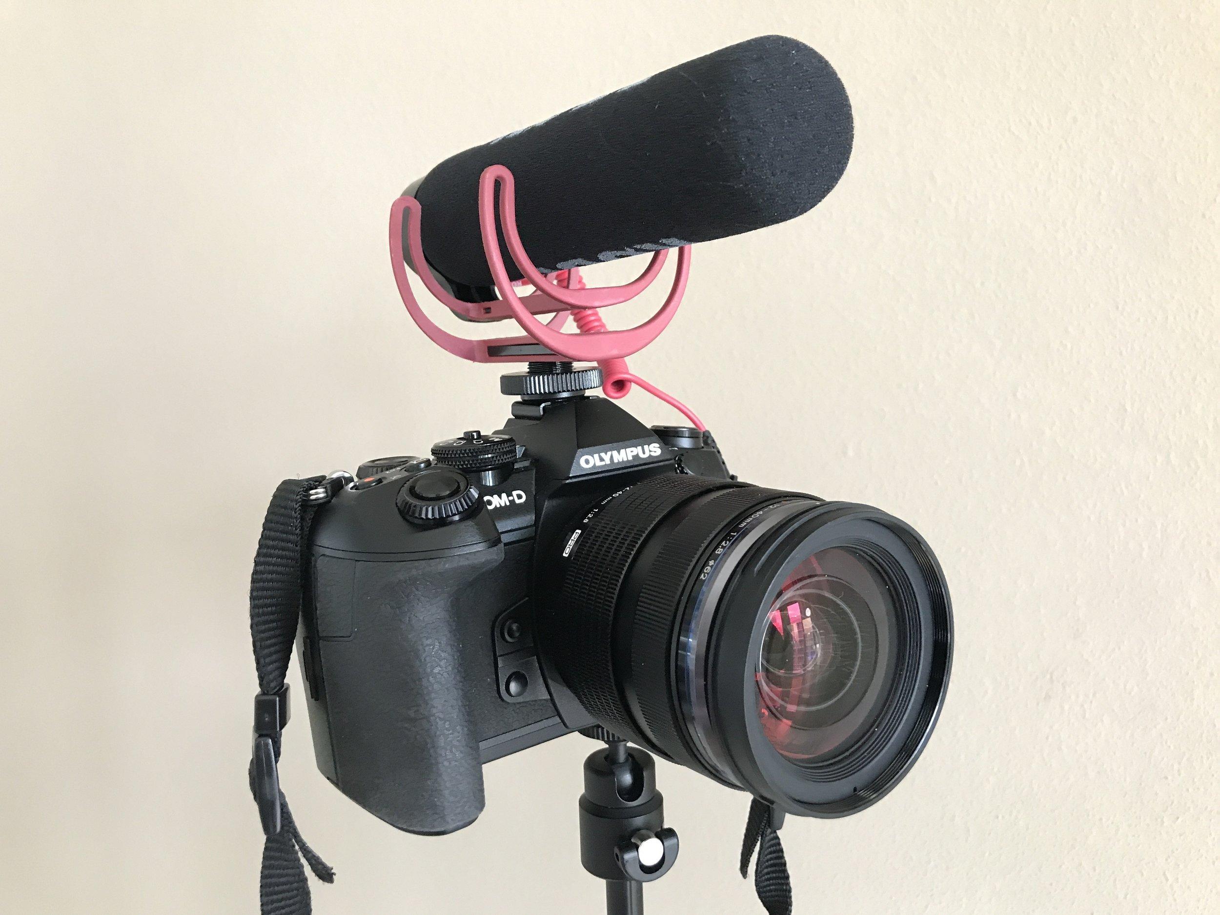 Es lässt sich aber auch eine Kamera fixieren - trotz Gewicht wirkt es recht stabil.