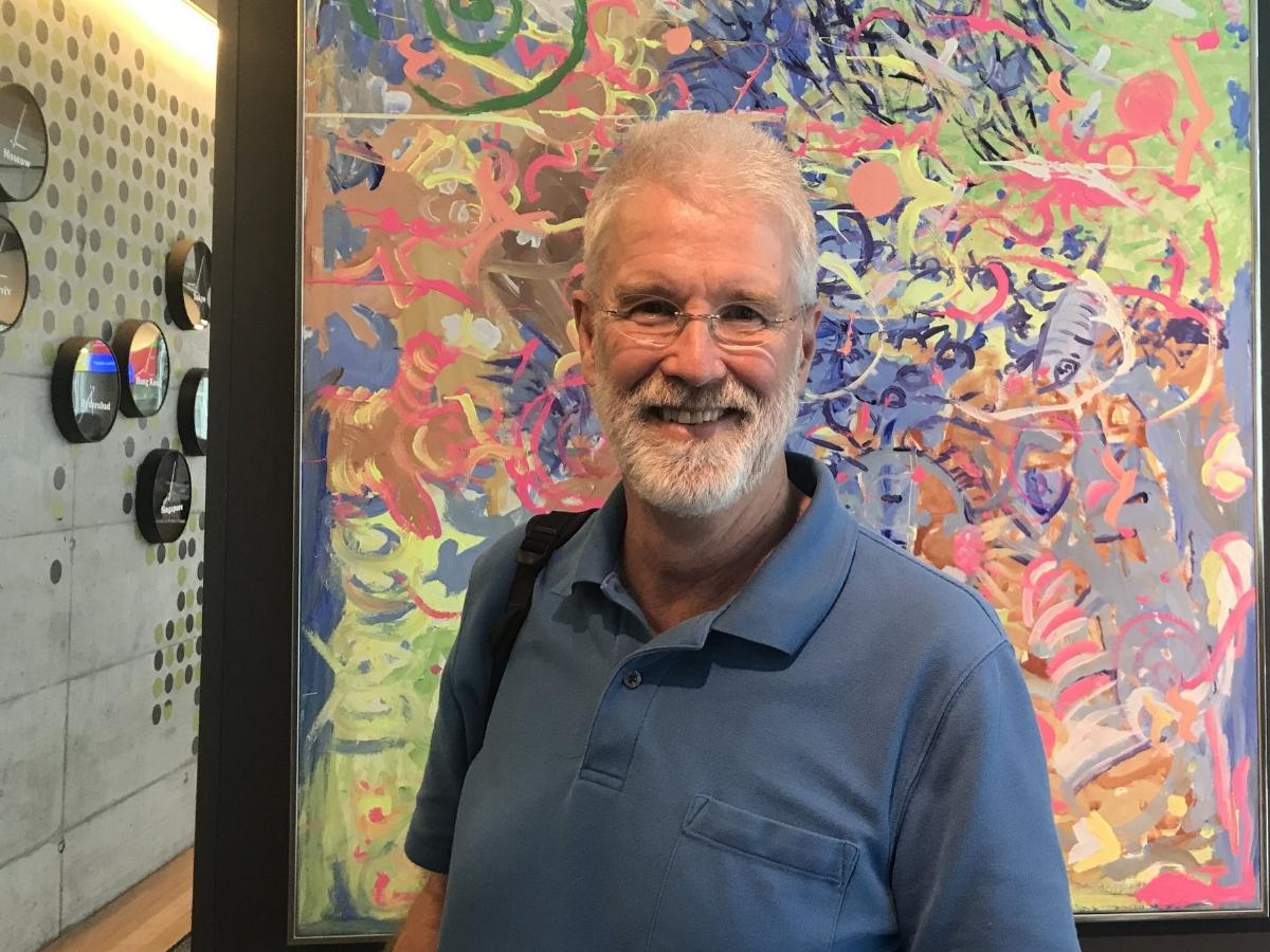 Der Herr der Smileys.  Mark Davis bestimmt, welche Emojis den Weg auf unser Handy finden. Der Unicode-Chef sorgt aber auch dafür, dass Google-Programme einfach mit 75 Sprachen arbeiten können.    Tagesanzeiger/Newsnet 29. 7. 2017