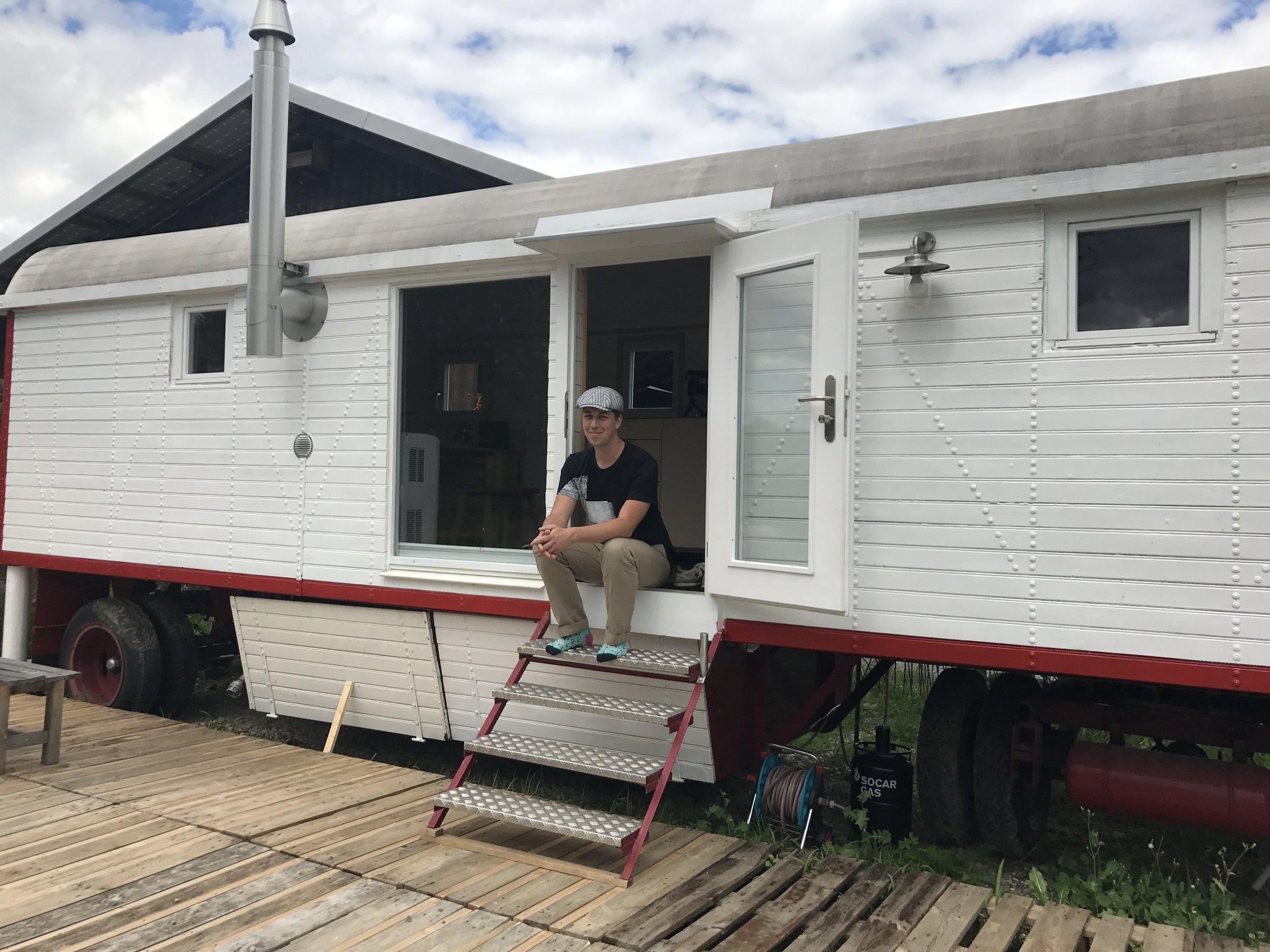 So lebt es sich im Zuhause der Zukunft.  IT-Unternehmer Kevin Rechsteiner hat einen Zirkuswagen umgebaut und mit neuster Technologie ausgerüstet. Tagesanzeiger.ch/Newsnet hat ihn besucht.    Tagesanzeiger/Newsnet 1. 8. 2017